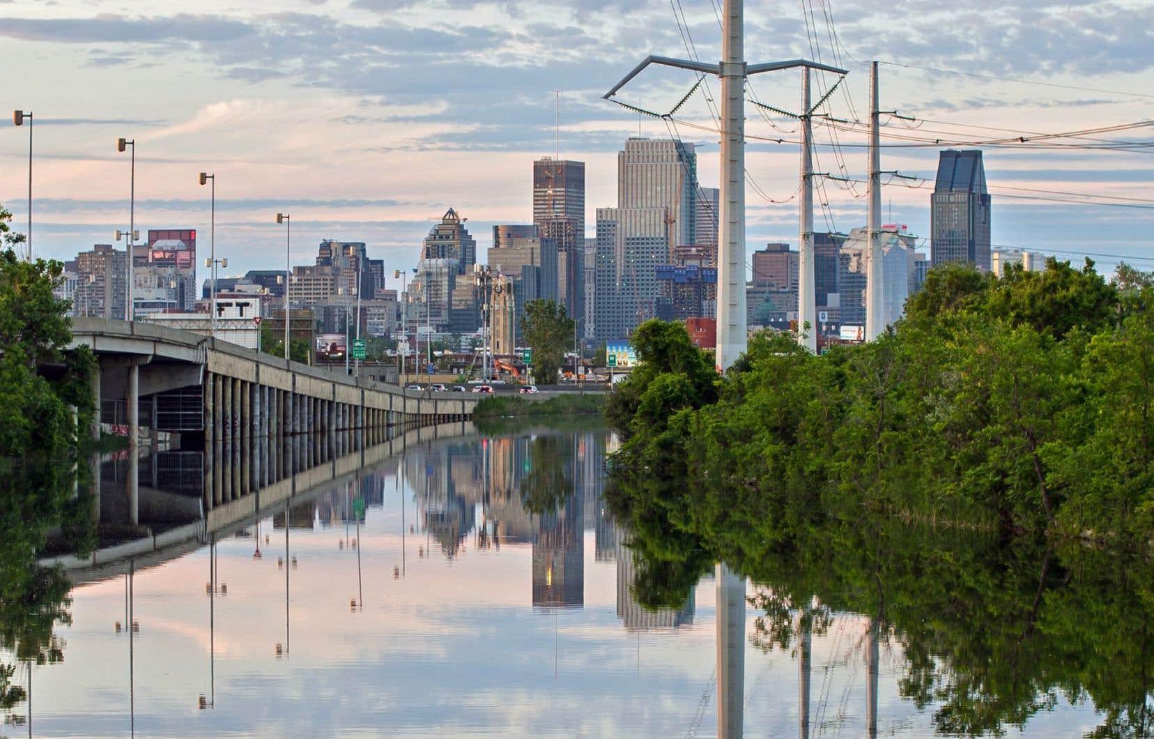 L'oléoduc Énergie Est doit permettre de transporter 1,1 million de barils de pétrole par jour. Il doit traverser 600 cours d'eau. La consommation journalière moyenne sur l'île de Montréal est de 2 millions de mètres cubes d'eau.