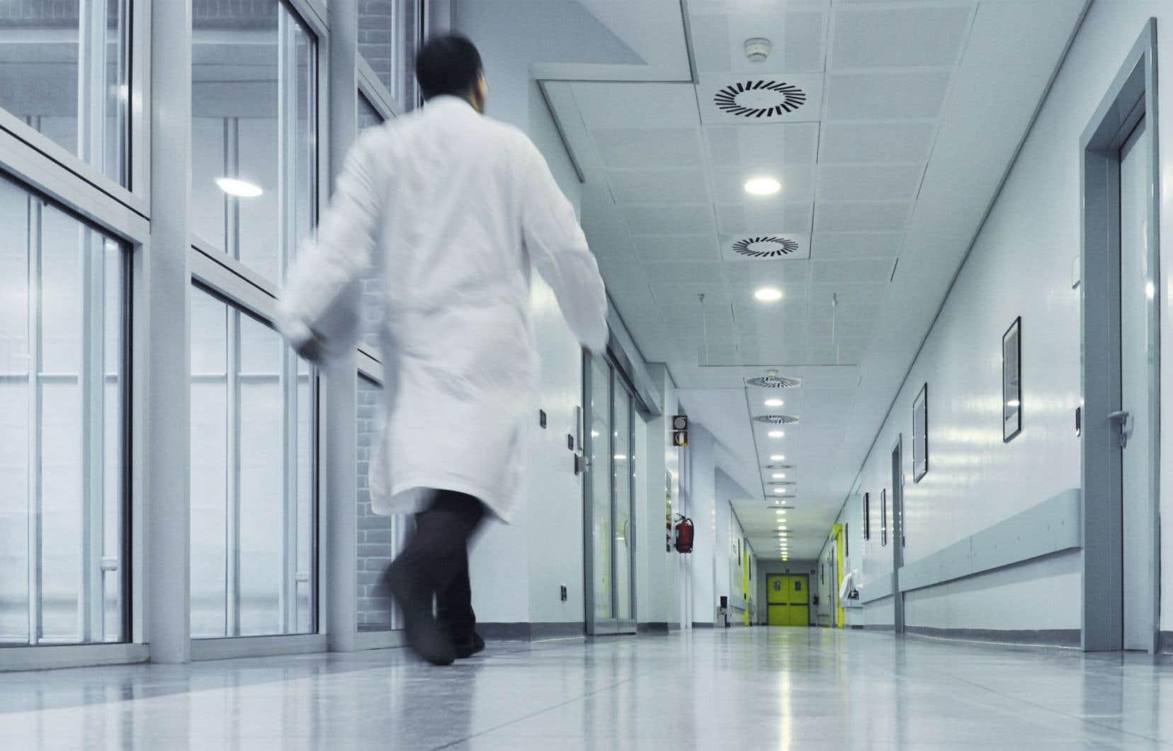 Les CISSS et CIUSSS ont jusqu'au mois de juin pour procéder au transfert d'environ 345 travailleurs sociaux et de 240 autres professionnels comme les physiothérapeutes ou les nutritionnistes, selon les calculs du «Devoir».