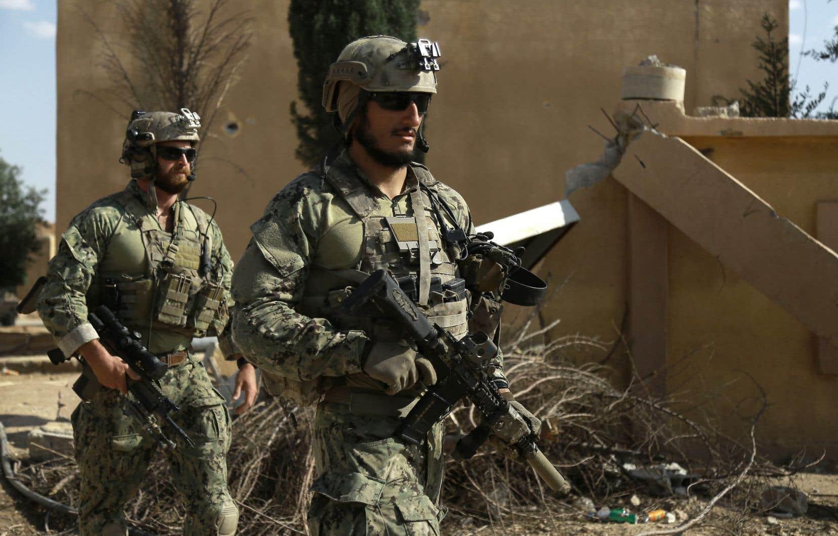 Des hommes armés identifiés comme des forces spéciales américaines patrouillent dans la ville de Fatisah dans le nord de la Syrie, le 25 mai 2016.