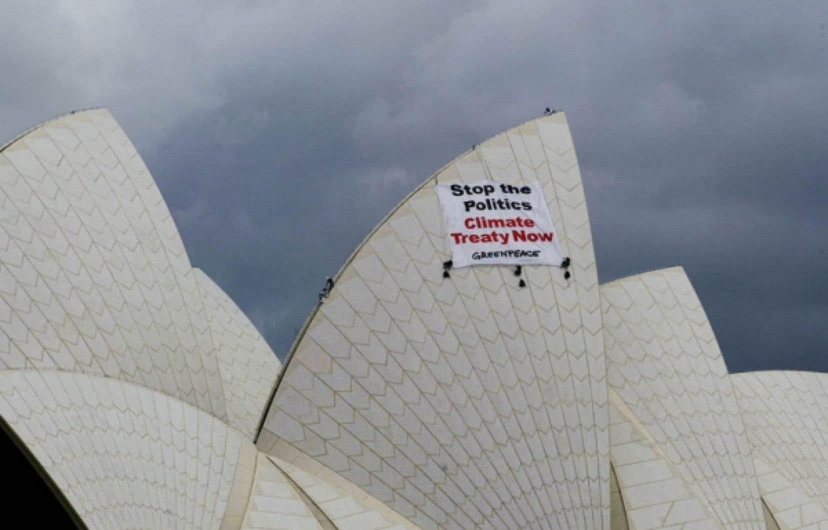 Accrocher une bannière au sommet d'un édifice, comme l'a encore fait Greenpeace hier, à Sydney, reste un moyen efficace. Mais de plus en plus de groupes prennent leur place dans le cyberespace pour véhiculer leur message. Ci-dessous, les Yes Men lors de la conférence de presse qu'ils ont donnée hier.