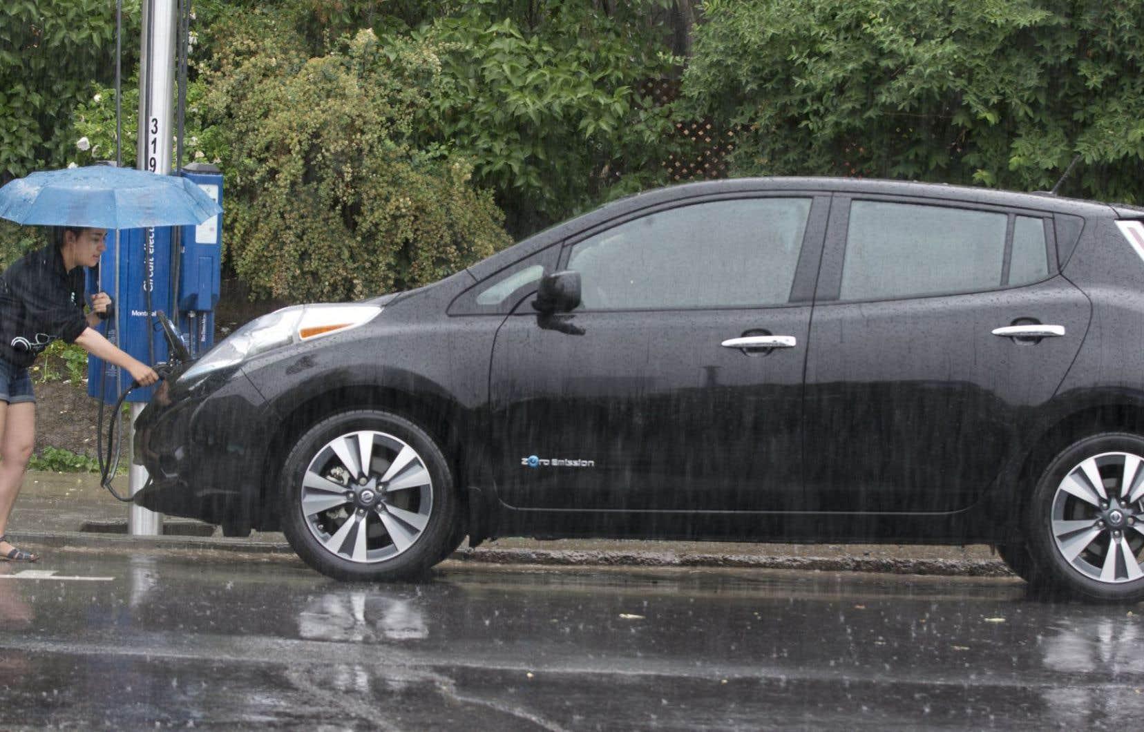 Il est plutôt facile, même sous la pluie, de recharger un véhicule électrique. Suffit de trouver les bornes et d'avoir un peu de temps devant soi.