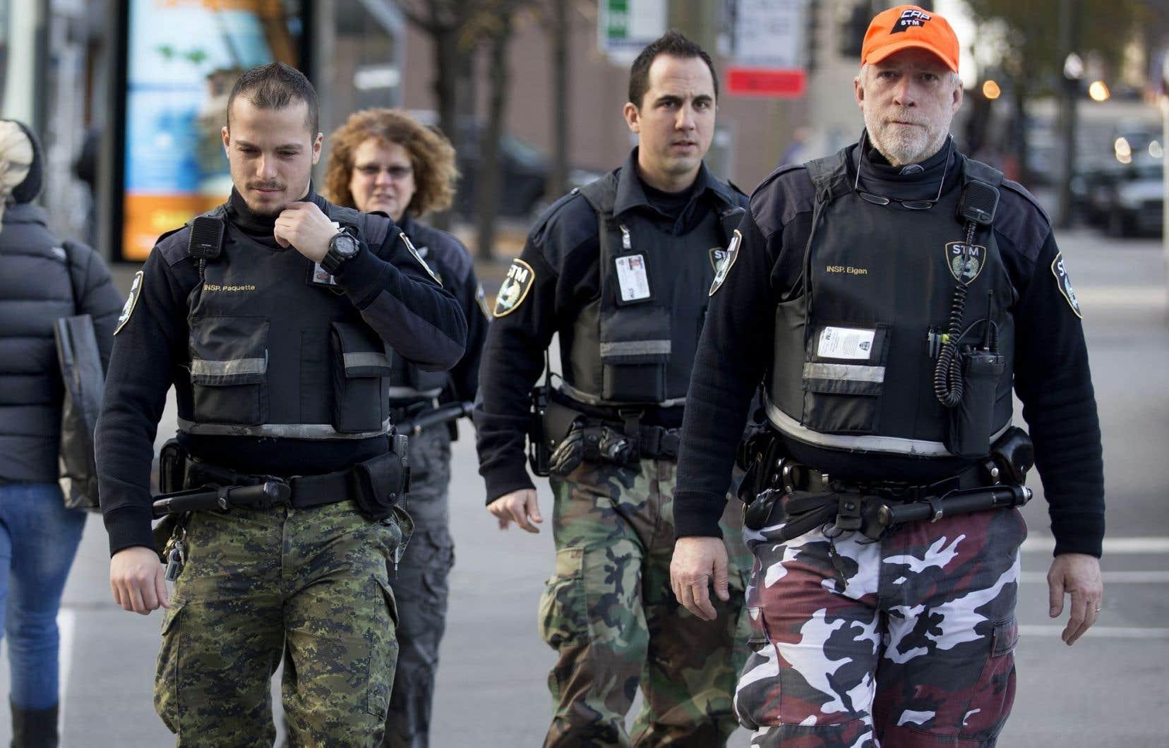 Les policiers portant un pantalon de camouflageplaident la liberté d'expression permise par les chartes.