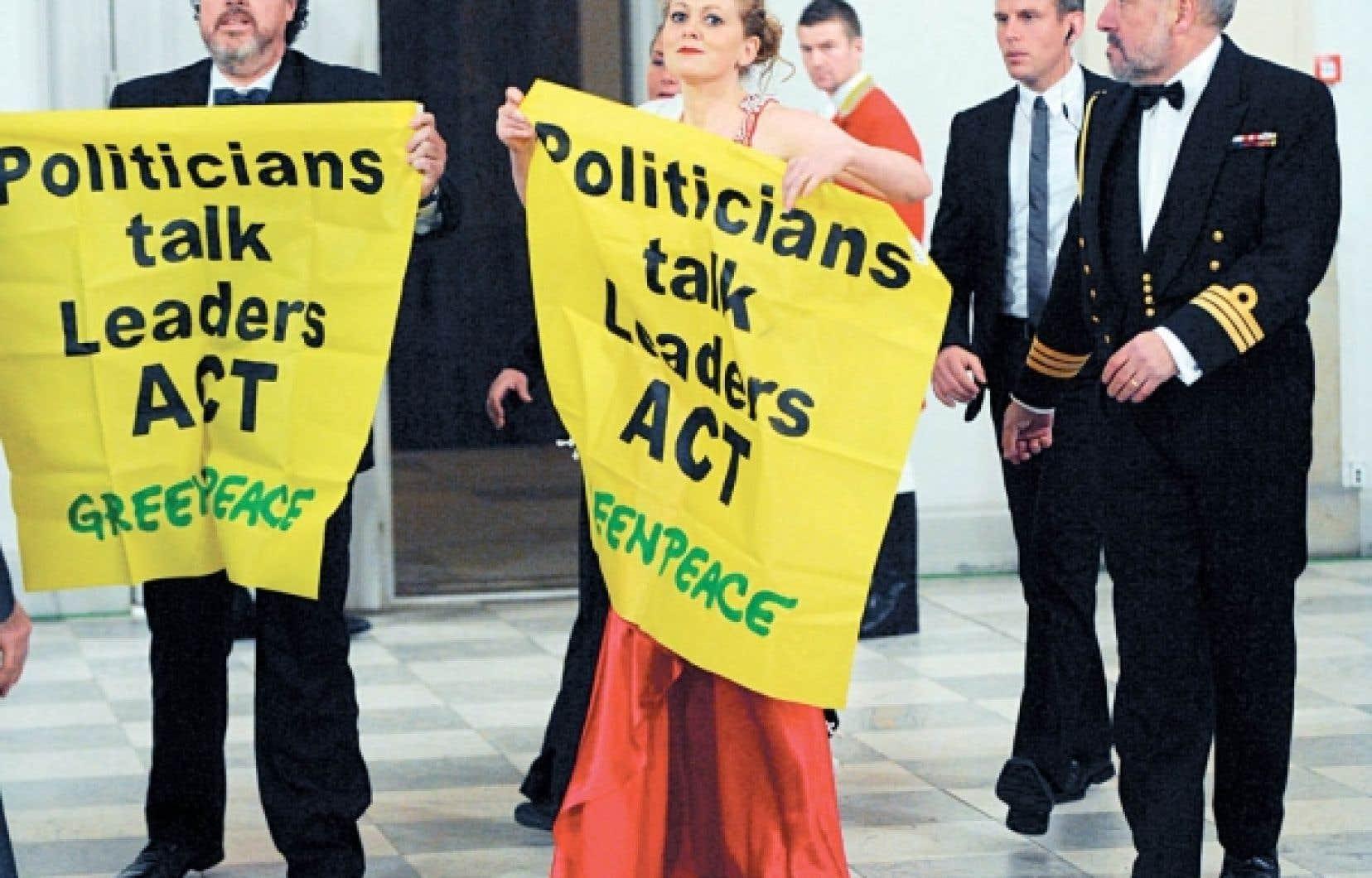 Des activistes de Greenpeace ont réussi à déjouer la sécurité et à se faufiler à l'intérieur du palais... où les chefs d'État étaient réunis pour un dîner officiel.