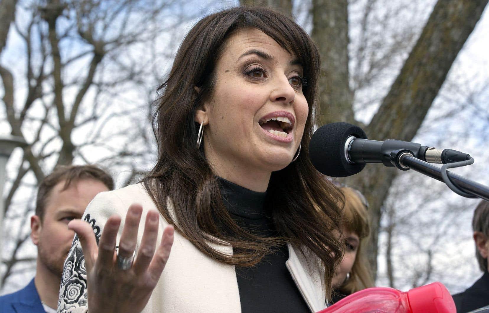 La députée péquiste Véronique Hivon soutient que le gouvernement est en train de laisser tomber sa ministre de la Justice, Stéphanie Vallée.