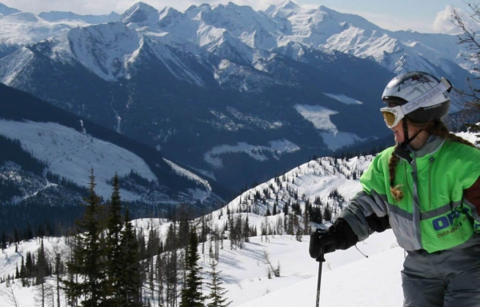 Skier avec vue sur un horizon de montagnes.