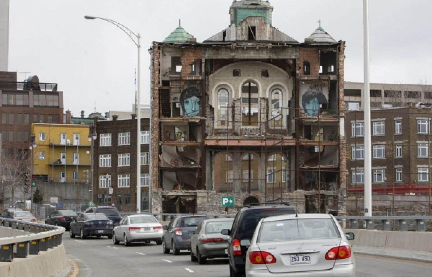 La circulation automobile devant la façade de l'ancienne église Saint-Vincent-de-Paul, au centre-ville de Québec PHOTO JACQUES NADEAU