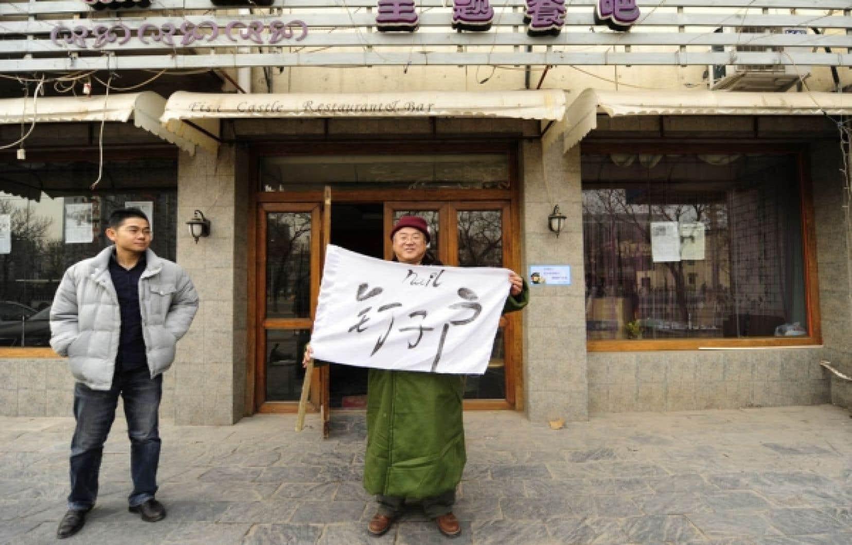 À Pékin, Zhong Boxin (à gauche) et sa fiancée ont engagé un garde pour protéger leur restaurant sous la menace d'une destruction. «Peu importe les méthodes qu'ils emploieront, l'intimidation, la force, nous ne partirons pas. C'est une manifestation silencieuse», affirme le jeune homme.