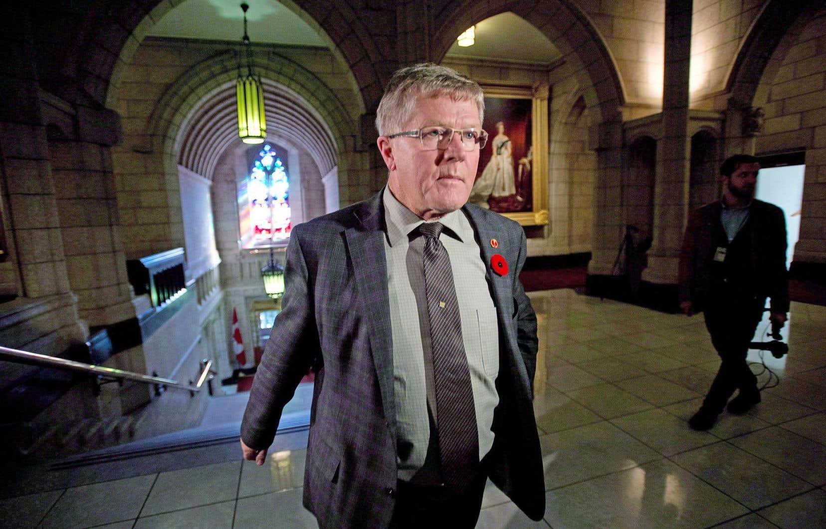 Le sénateur conservateur Don Plett estime nécessaire que le geste fatidique soit posé en présence d'un témoin neutre.