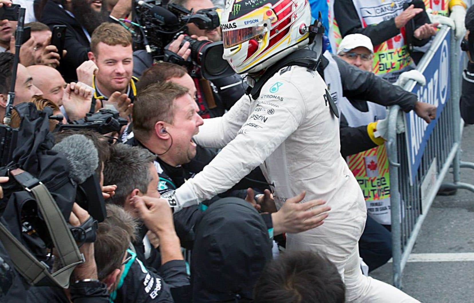Lewis Hamilton et les membres de son équipe après sa victoire au Grand Prix du Canada à Montréal