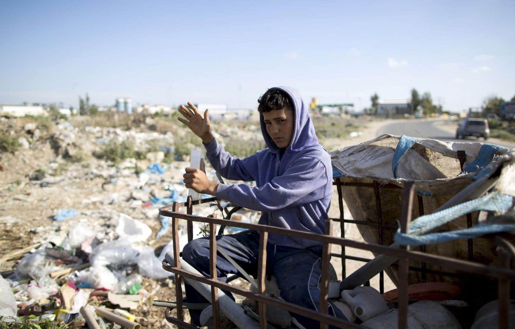 Karam al-Zaaneen, un jeune Palestinien de 13 ans, récupérait du plastique dans la fosse à ordures de Beit Hanun, au nord de Gaza, le 18 mai dernier.