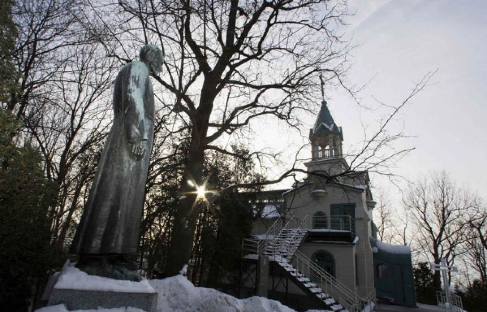 Jeux de lumière sur la statue du frère André, qui surplombe la chapelle portant son nom.