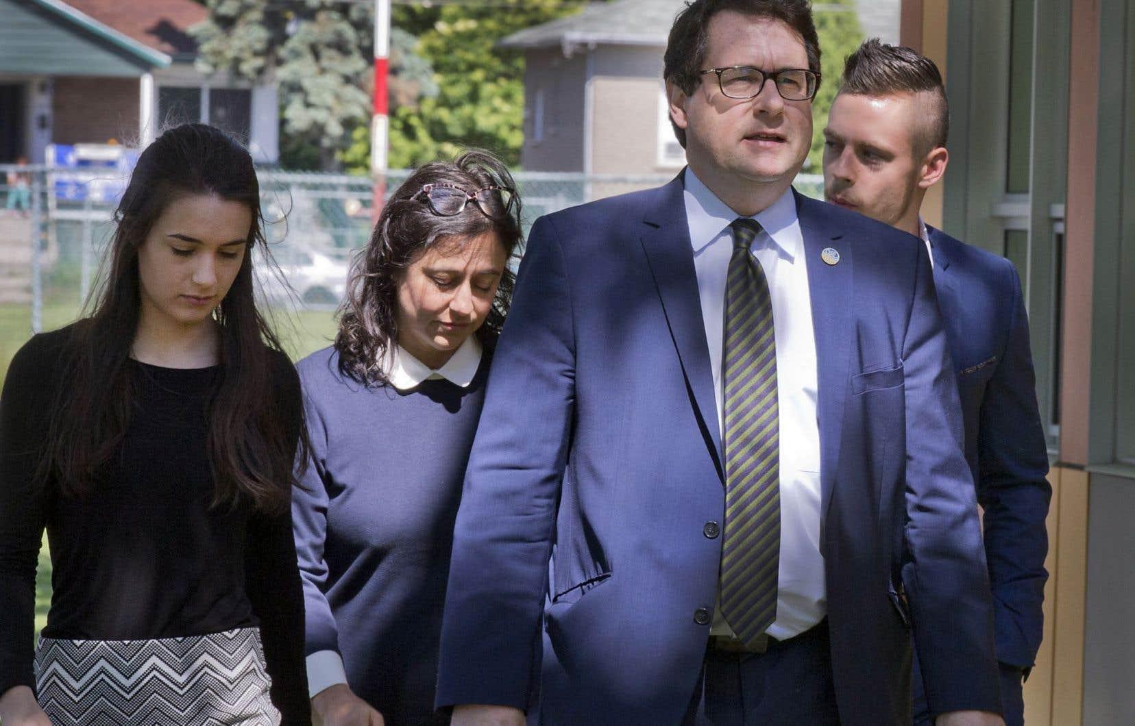 Le député péquiste Bernard Drainville s'est présenté à la conférence de presse en compagnie des membres de sa famille, dans sa circonscription de Marie-Victorin.