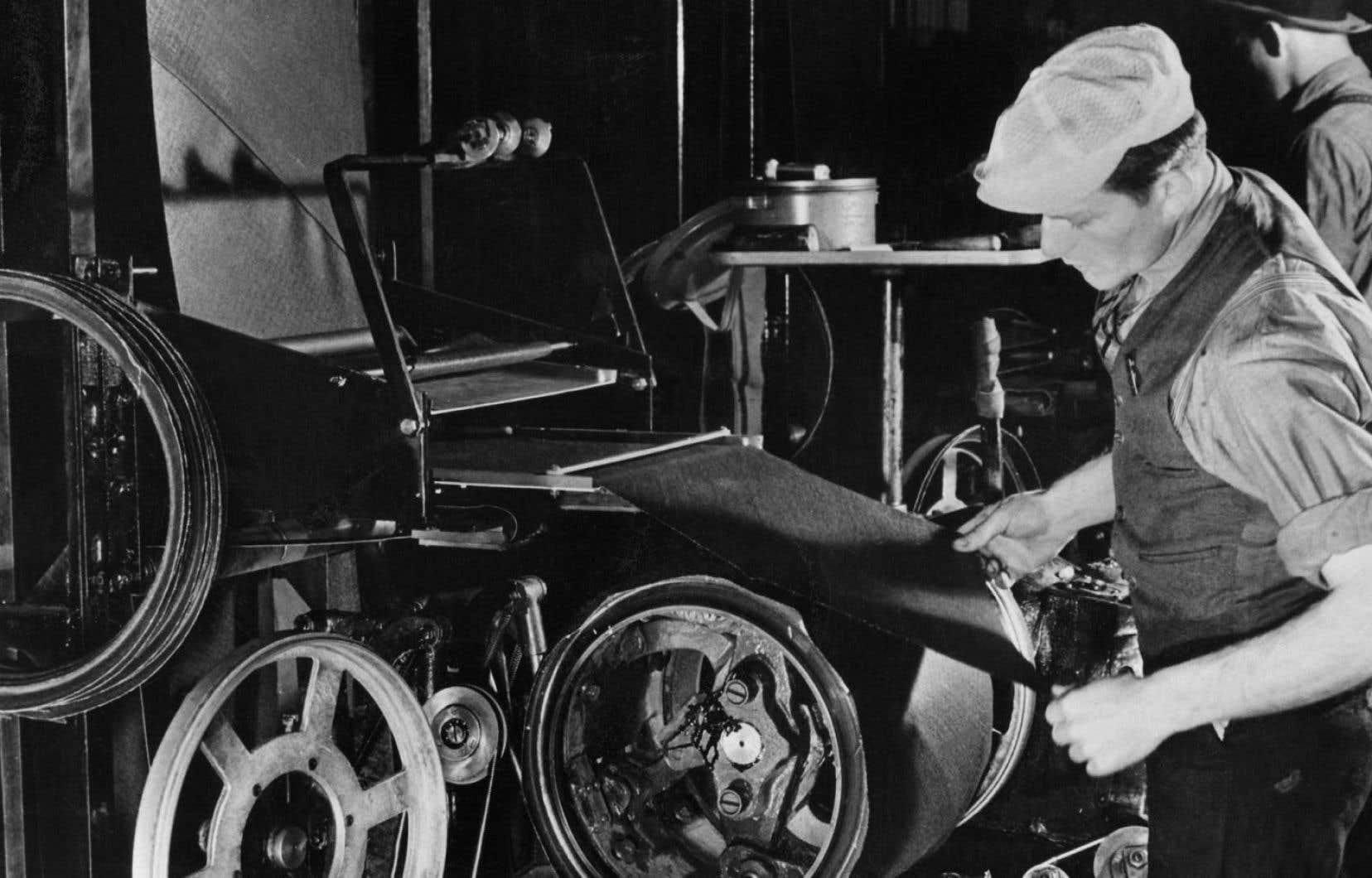 Un travailleur dans les usines Ford en 1938. Déjà en 1697, le philosophe politique anglais John Locke estimait que les chômeurs aptes au travail devaient être contraints d'accepter tout travail, même s'il est payé au-dessous des normes.