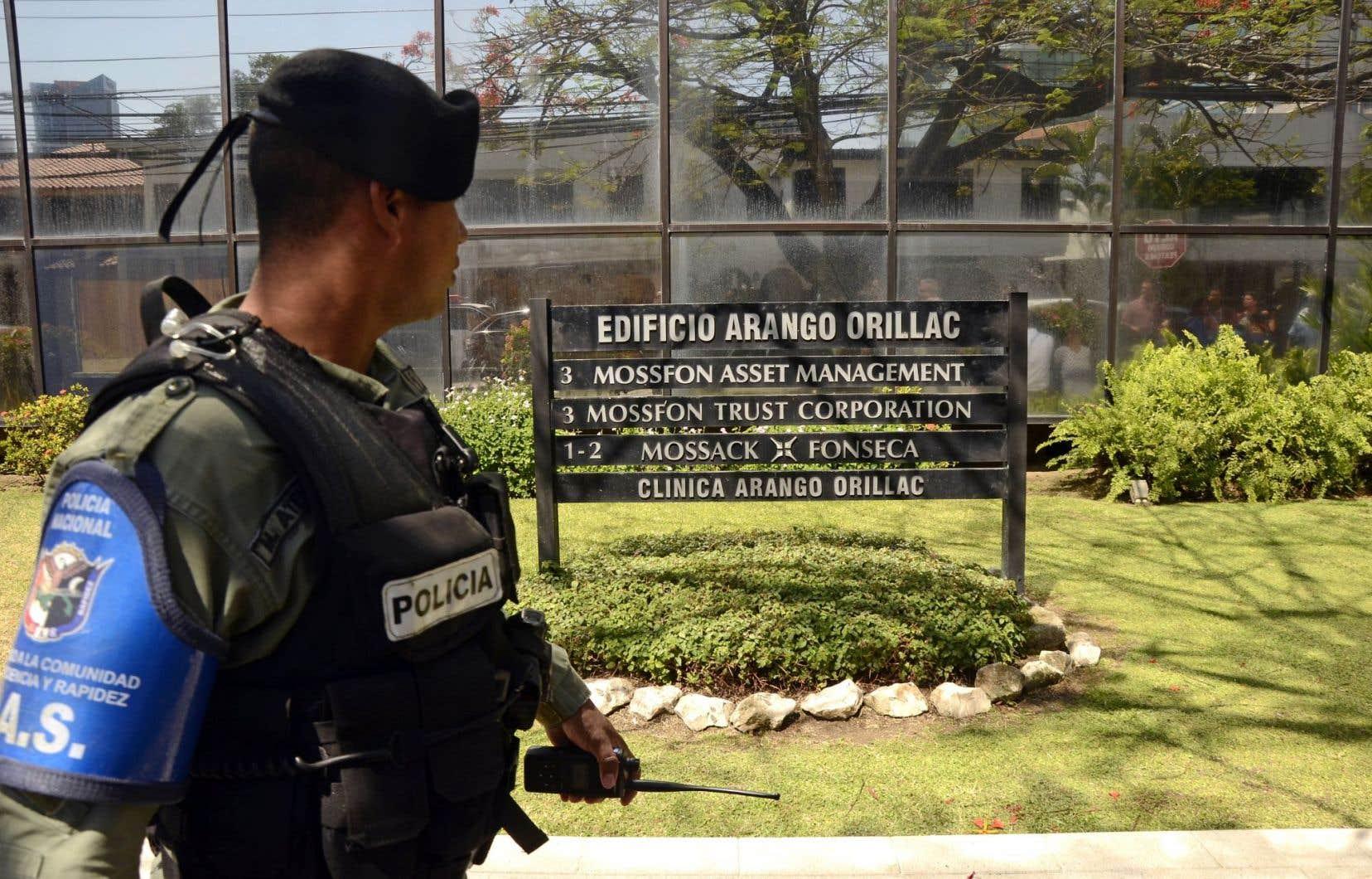 Un policier surveille le siège social de Mossack Fonseca, à Panama City.