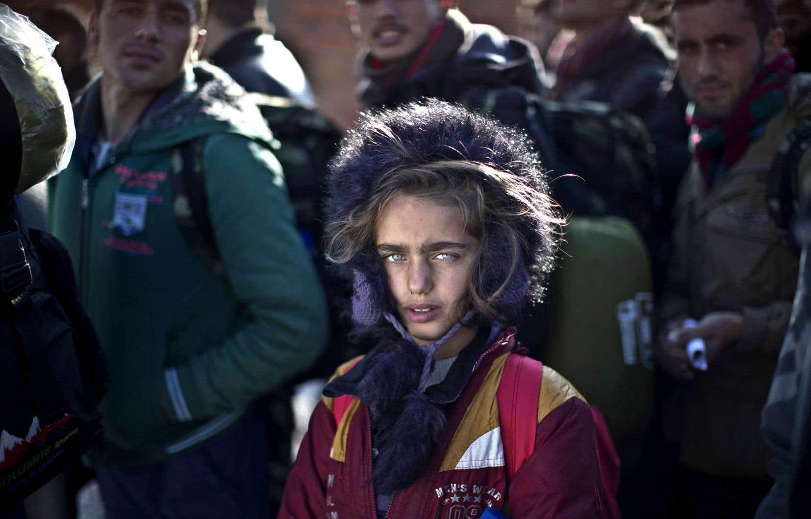 Une Yézidie de neuf ans qui est parvenue à échapper aux griffes du groupe EI en Irak attendait en décembre un train vers la Serbie, en Europe.