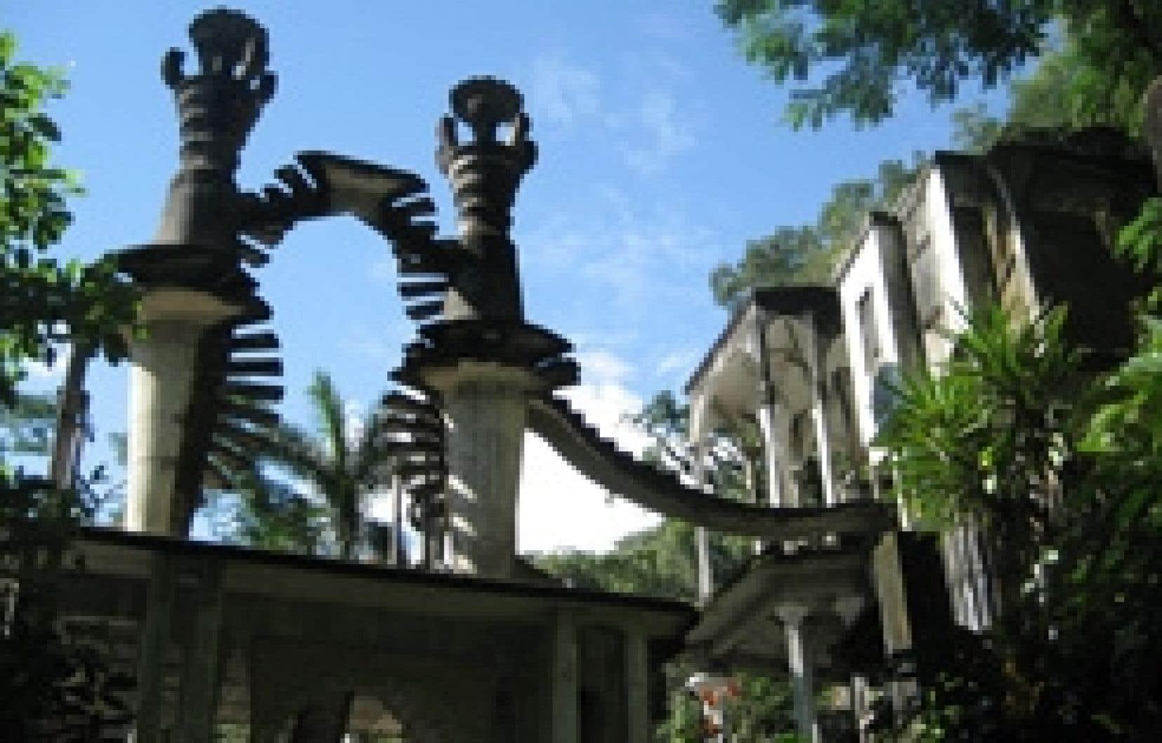 Comment expliquer cette oeuvre imposante de James, composée de 36 immenses palais depuis lesquels des escaliers sans issue tourbillonnent vers le firmament, sinon en disant qu'elle est un pur délire architectural rappelant un peu Gaudi, Borromini, Si