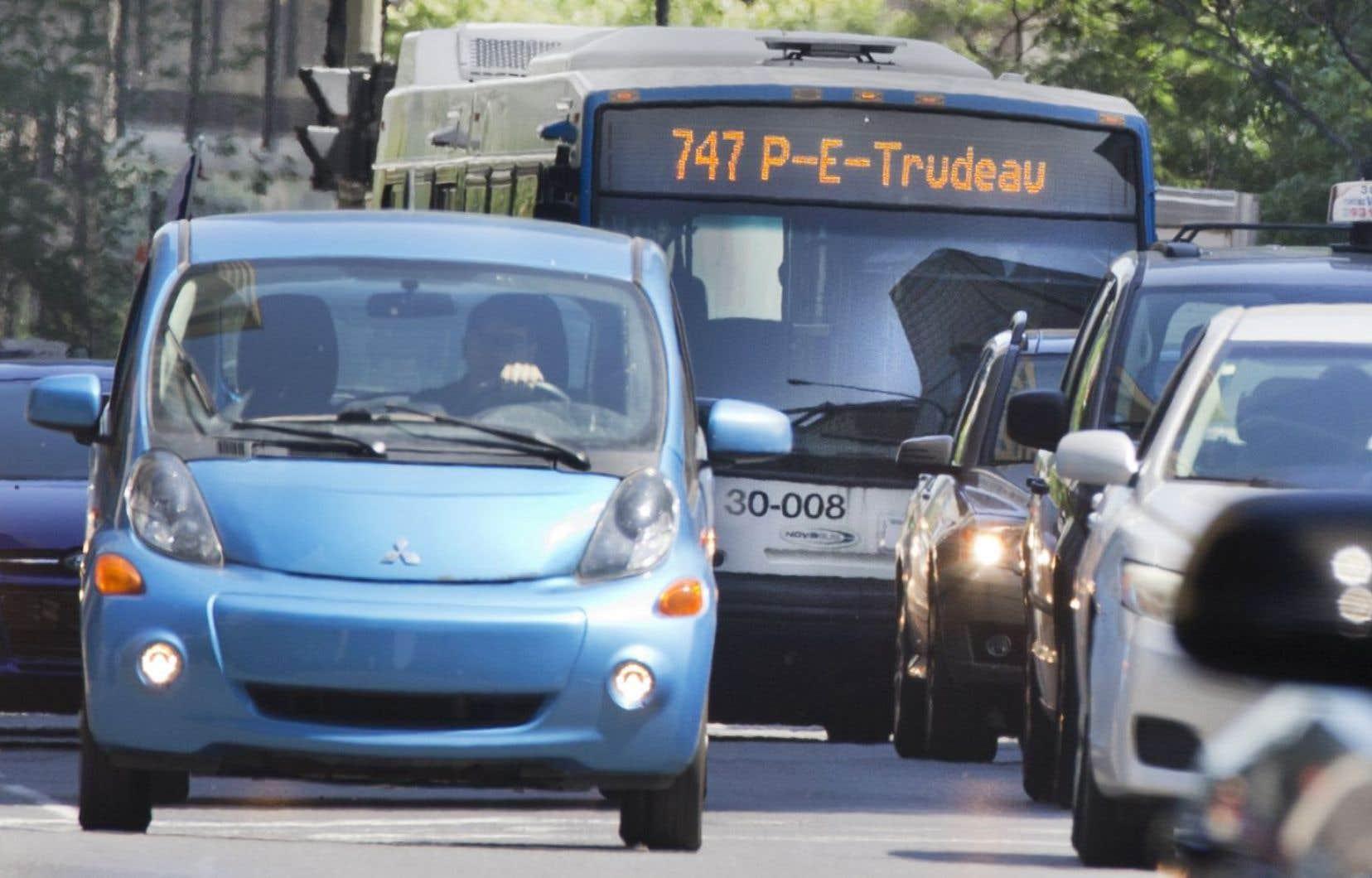 Un autobus du circuit qui mène à l'aéroport pris dans un embouteillage
