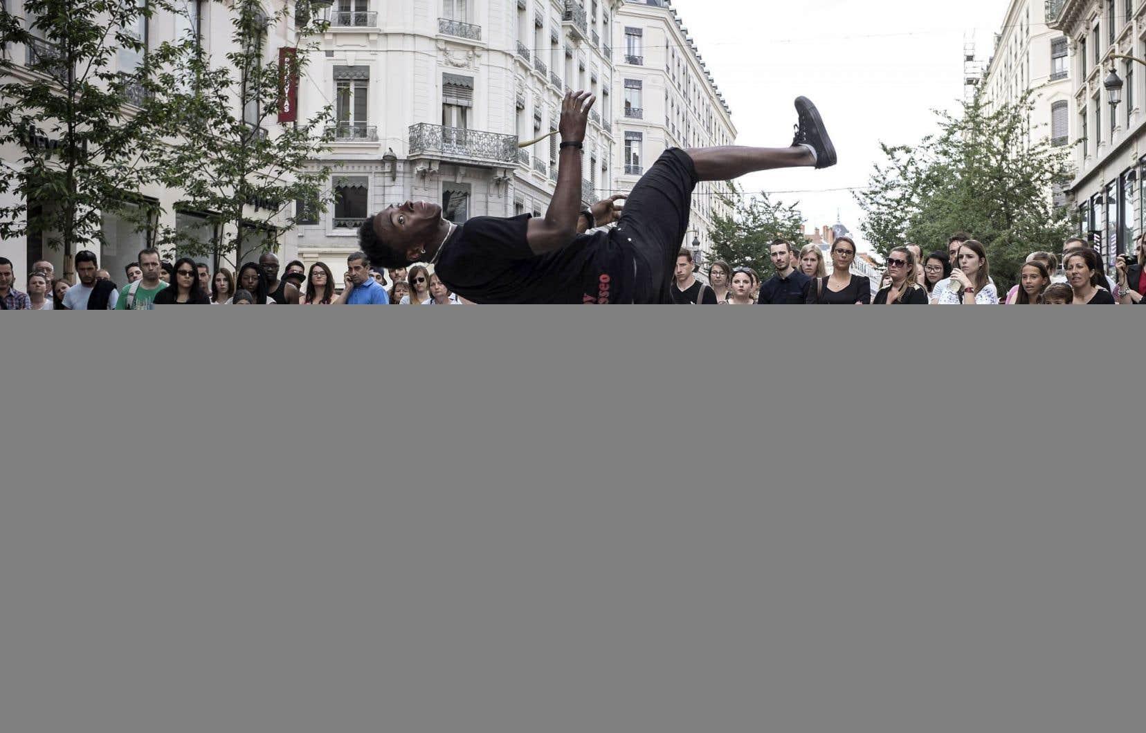 À Lyon, des danseurs attirent l'attention de la foule réunie à l'occasion de la Fête de la musique.