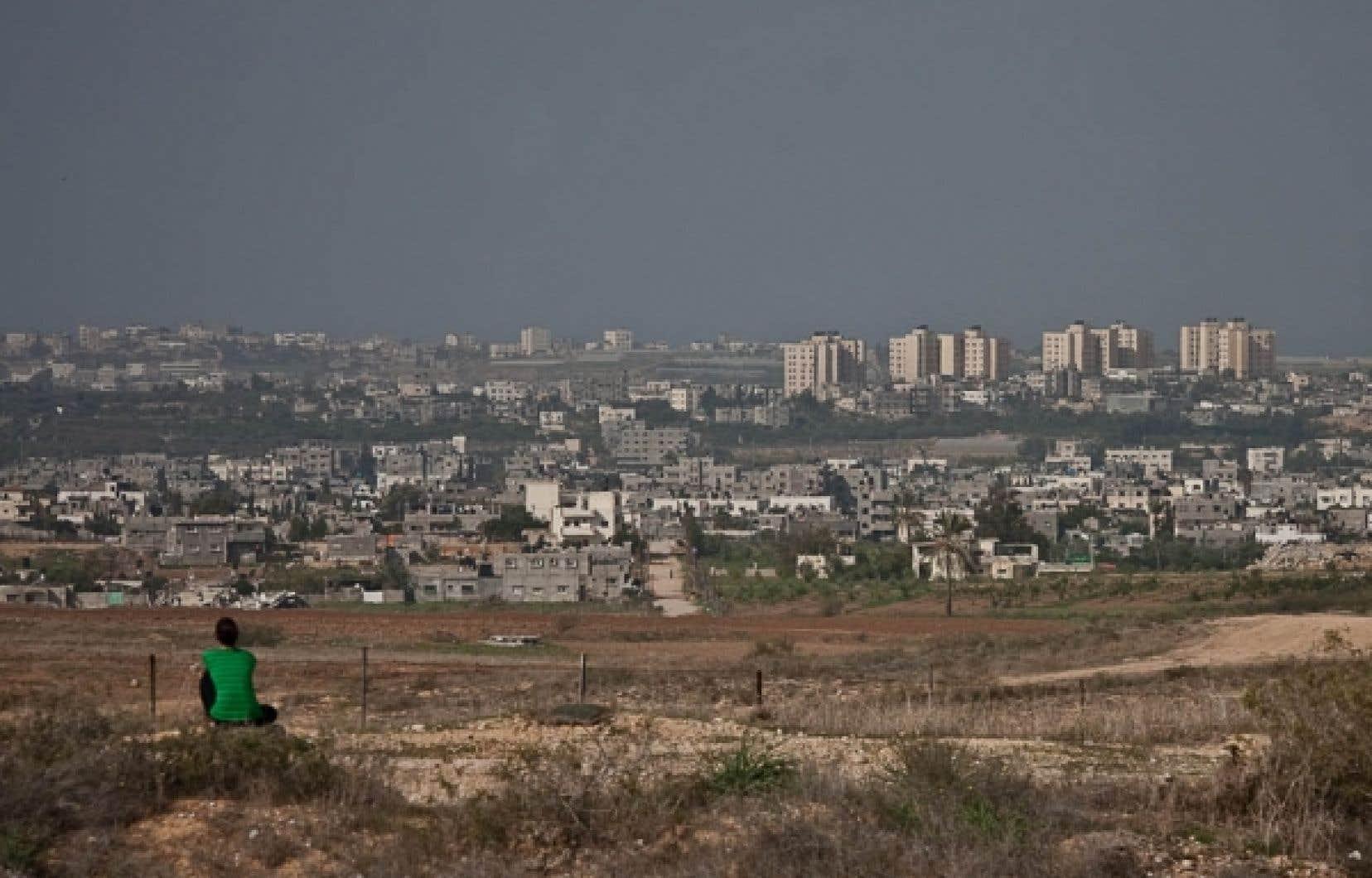 Une jeune étudiante israélienne assise au sommet de la colline de Kfar Aza, face à la bande de Gaza.