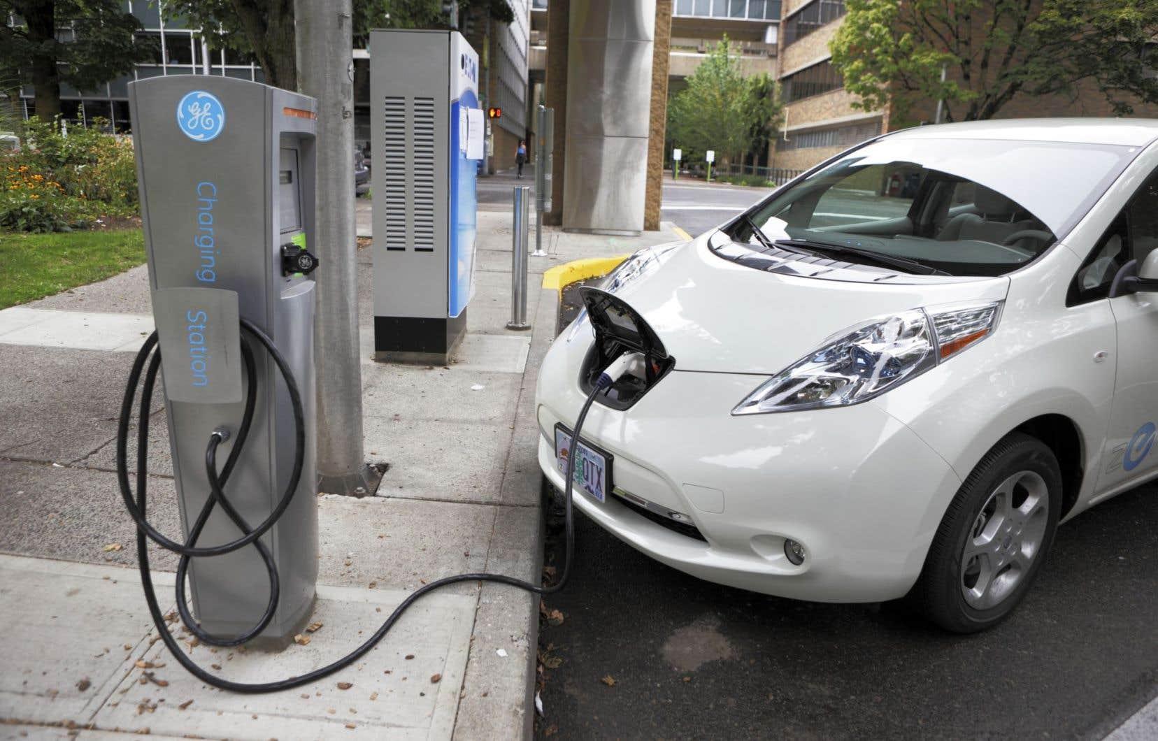 Après 150000km parcourus, la voiture électrique a des impacts plus faibles que la voiture à essence sur la santé humaine (-29%), la qualité des écosystèmes (-58%), les changements climatiques (-65%) et l'épuisement des ressources fossiles (-65%).