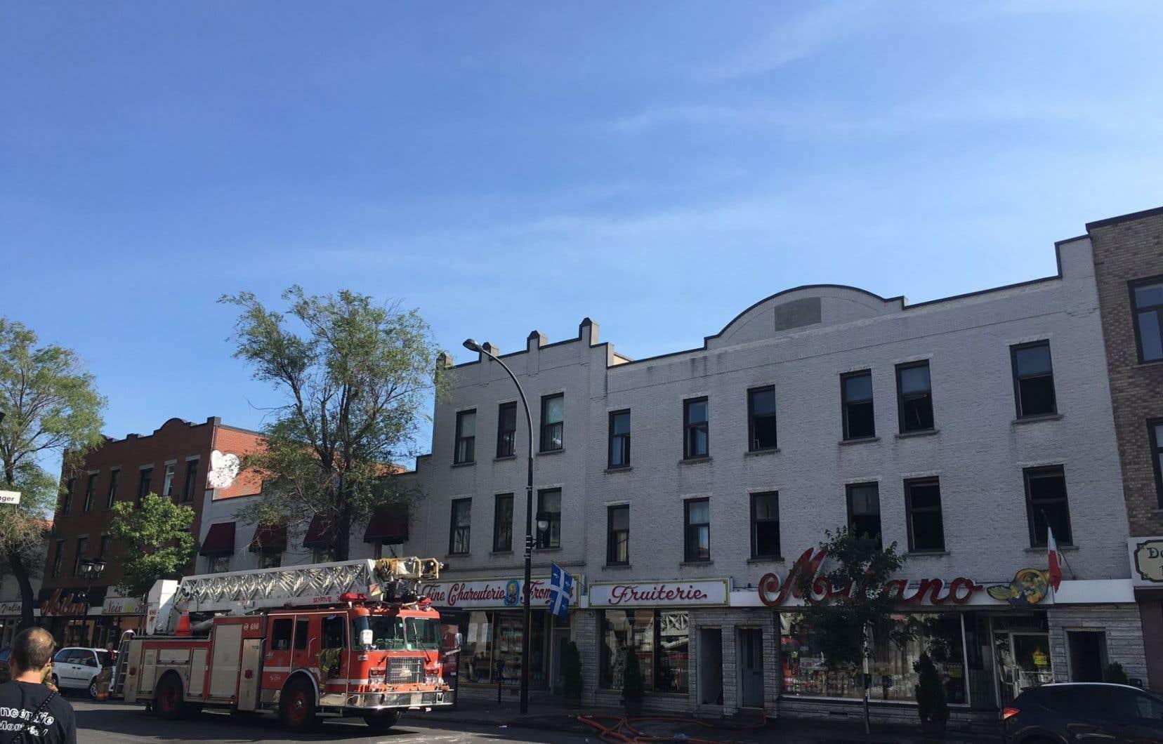 Le feu aurait pris naissance à l'arrière du bâtiment et serait d'origine accidentelle, selon les autorités. Les locataires habitant au-dessus du commerce ont été évacués.