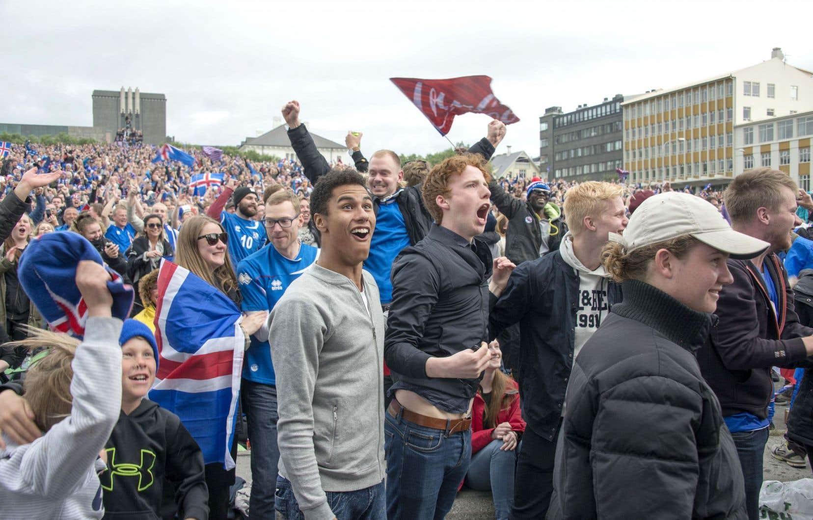 Rassemblés à Reykjavik, les Islandais n'ont pas manqué de célébrer à distance la victoire de leur équipe contre l'Angleterre.
