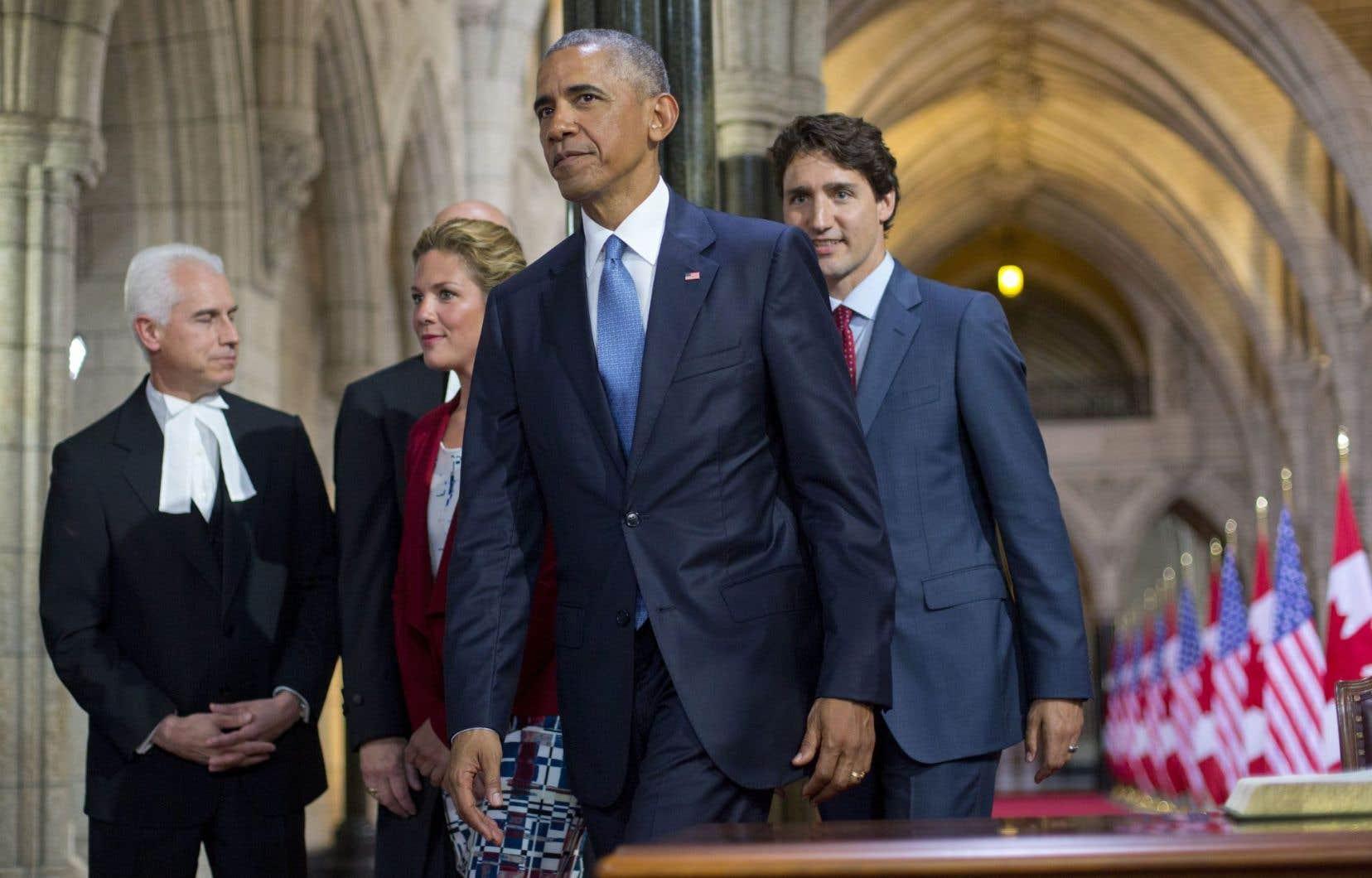 Le président américain Barack Obama à son arrivée au Parlement mercredi, en compagnie de Justin Trudeau et de Sophie Grégoire.