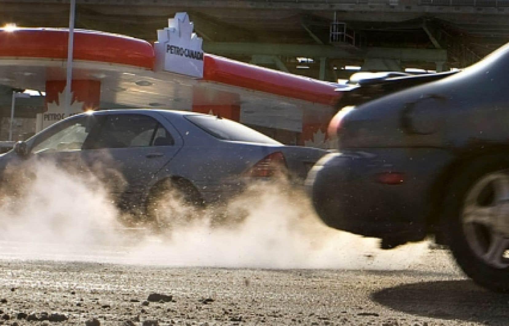 Québec a annoncé hier l'entrée en vigueur, à la mi-janvier, du règlement sur les émissions de GES des véhicules automobiles, dont les normes s'inspirent largement de celles mises en œuvre en Californie.