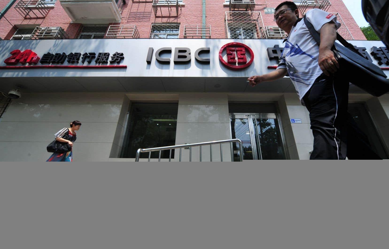 Des clients sortent d'une succursale de la banque ICBC à Pékin.