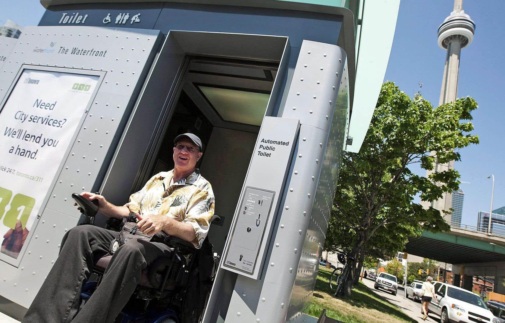 De nombreuses villes dans le monde se sont dotées de toilettes automatisées sur le domaine public. Au Canada, Toronto (notre photo), Vancouver, Edmonton, Victoria et Trois-Rivières en ont installé.