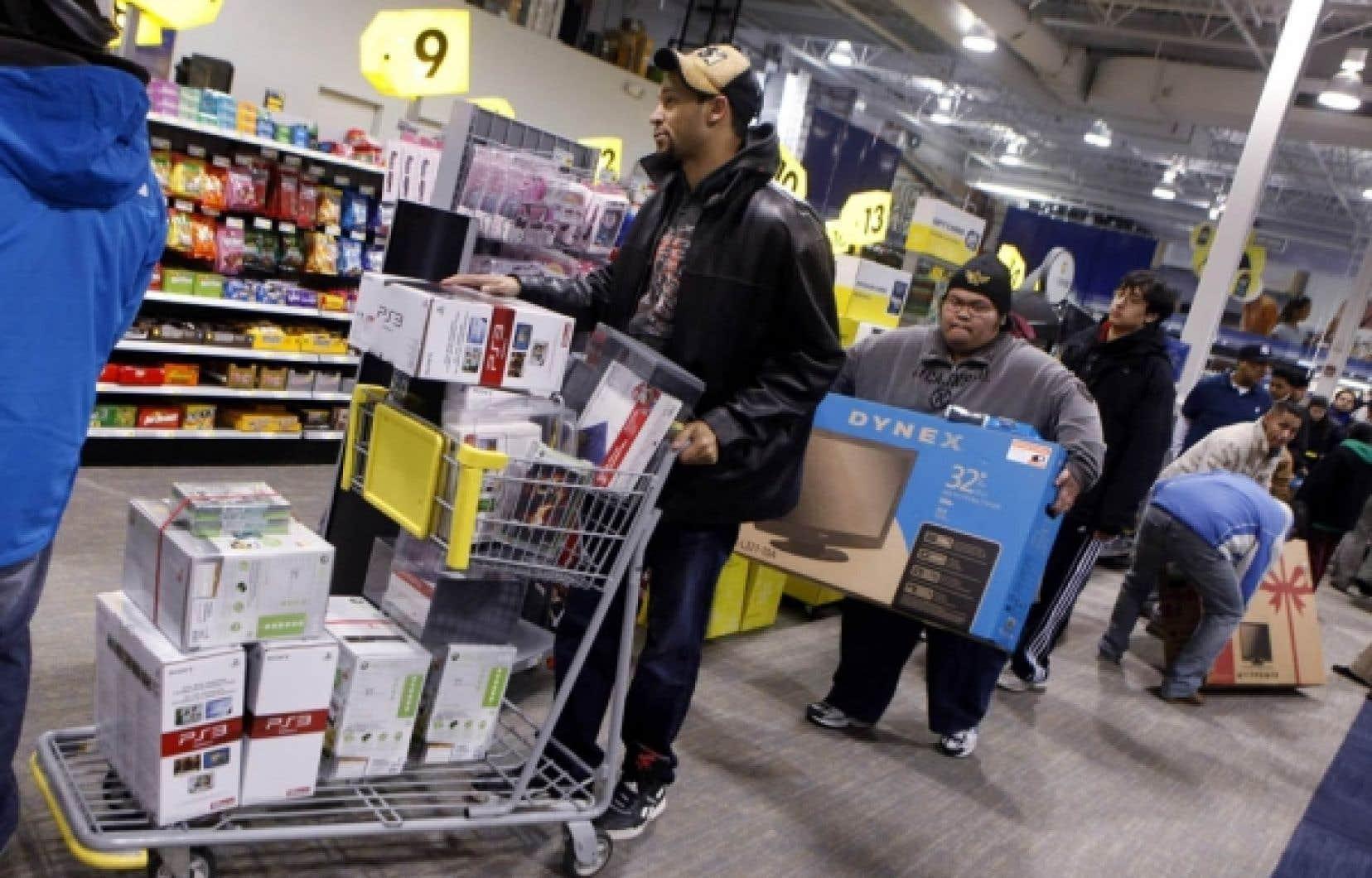 Ruée sur les produits électroniques dans un magasin Best Buy, à New York, avant Noël