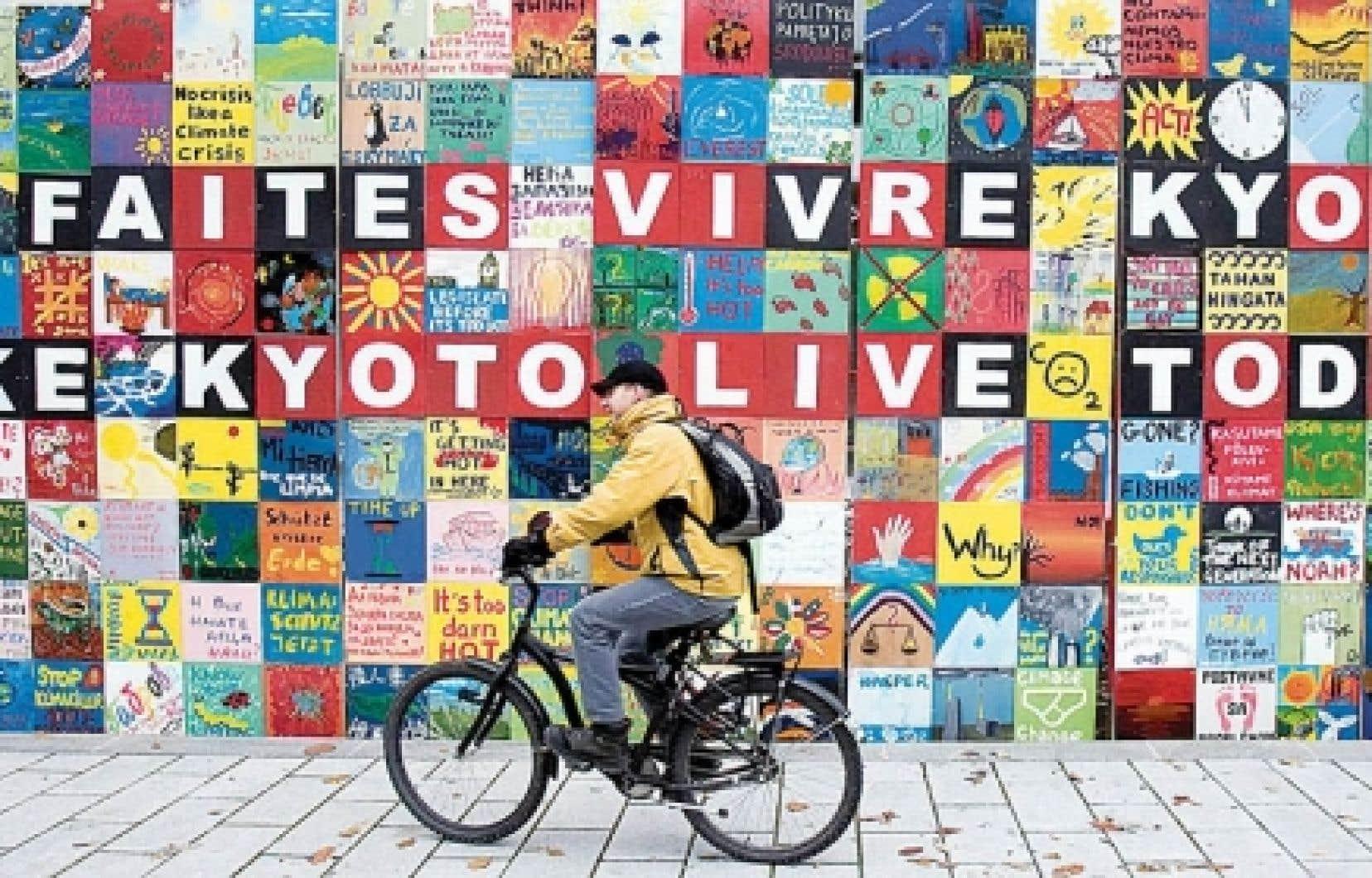Une mosaïque installée à l'extérieur de la Conférence internationale de Montréal.