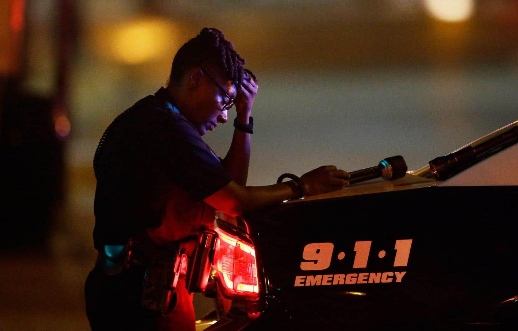 Une policière de Dallas, le soir de la fusillade.