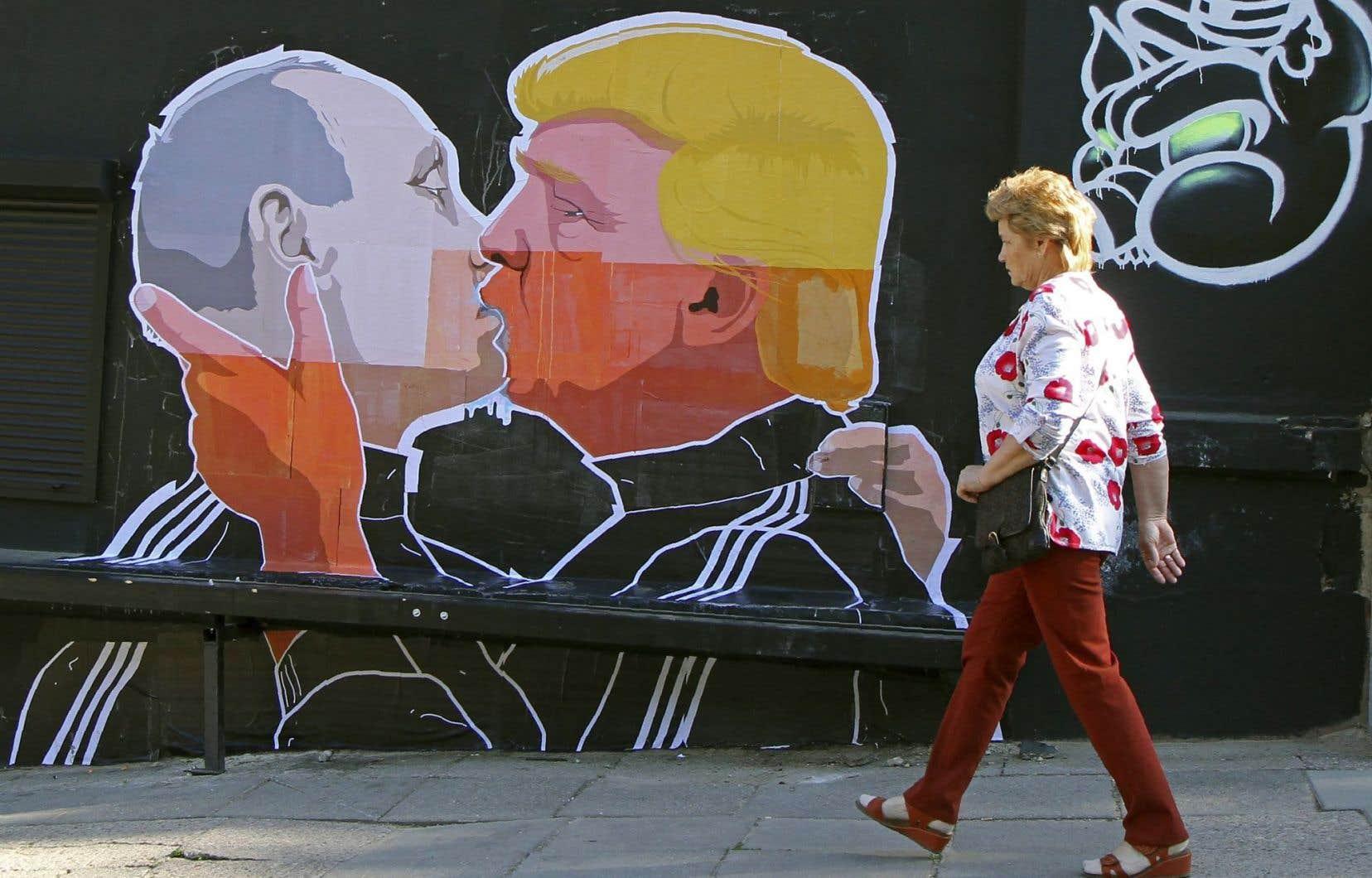 Donald Trump et Vladimir Poutine s'embrassent sur cette murale à Vilnius, la capitale lituanienne. Elle exprime la crainte qu'inspire leur proximité.