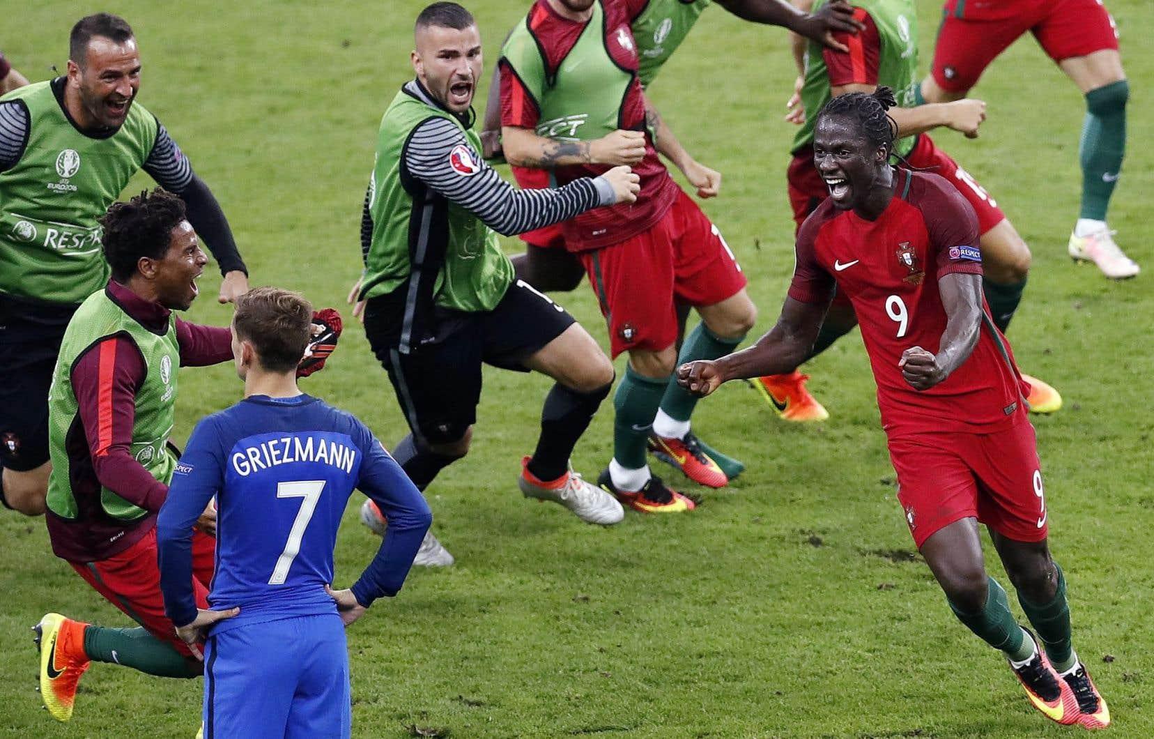 L'attaquant Éder (no 9) a marqué à la 109e minute, provoquant l'euphorie de ses coéquipiers sur le terrain du Stade de France.