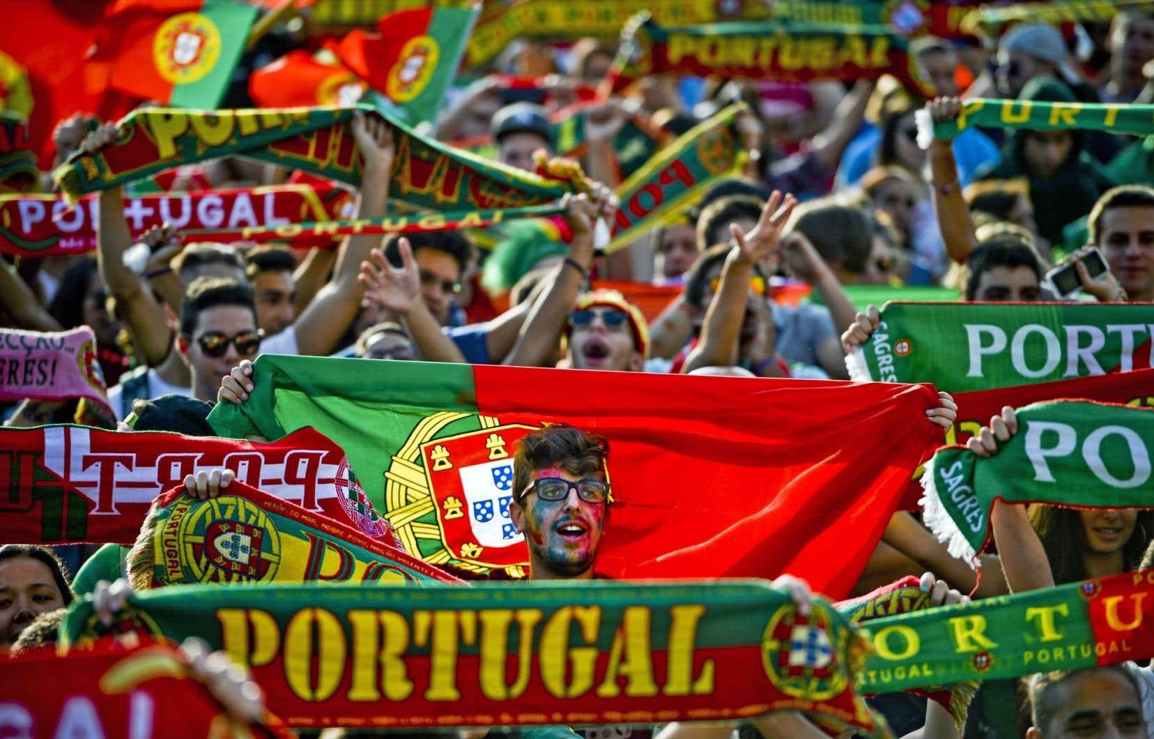 Une marée humaine en rouge et vert, les couleurs nationales du Portugal, a acclamé les nouveaux champions d'Europe lors d'un défilé triomphal à travers les principales artères de Lisbonne.