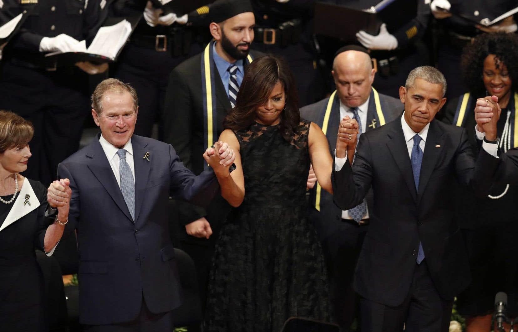 Depuis la gauche: l'ex-première dame Laura Bush et l'ancien président George W. Bush, aux côtés de la première dame, Michelle Obama, et du président, Barack Obama, à Dallas lors de la cérémonie en hommage aux policiers tués.