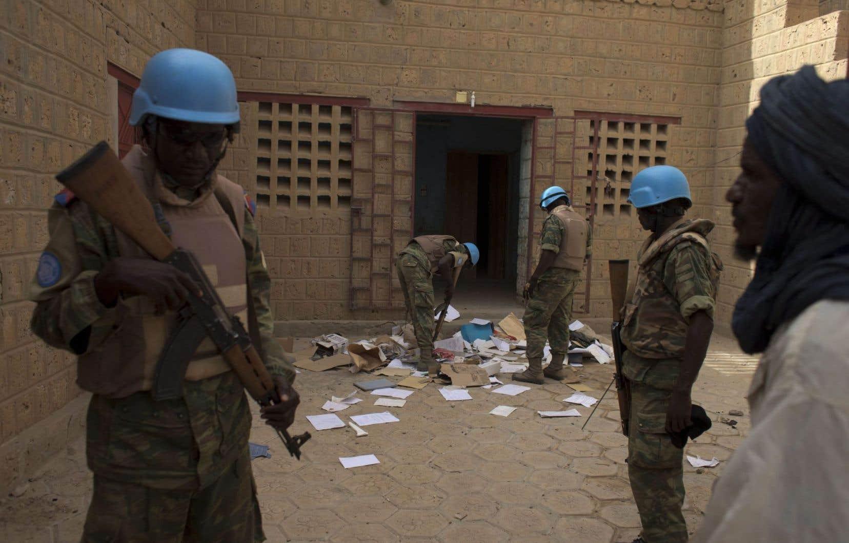 Des Casques bleus à l'œuvre peu avant les élections maliennes en juillet 2013. Le Canada prévoit l'envoi de militaires pour assister cette mission de l'ONU dans un pays touché par le terrorisme.