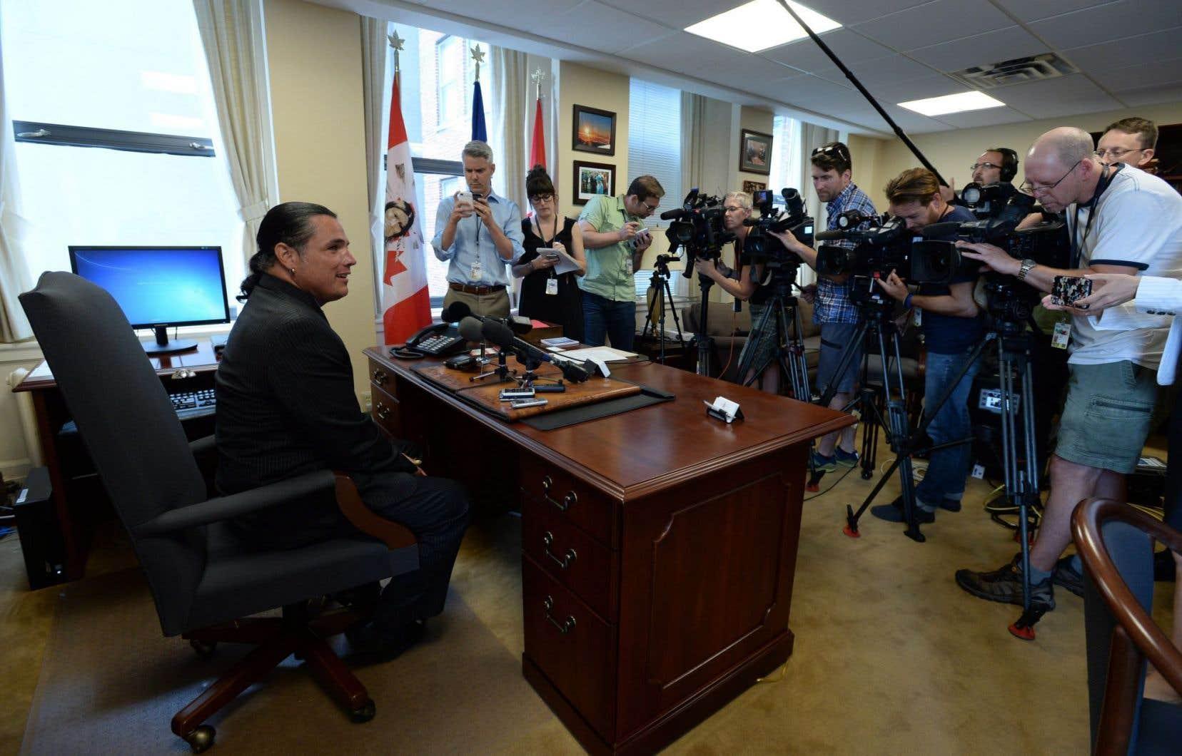 Patrick Brazeau a rencontré les médias jeudi dans son bureau sénatorial, au lendemain du retrait des accusations qui pesaient contre lui.