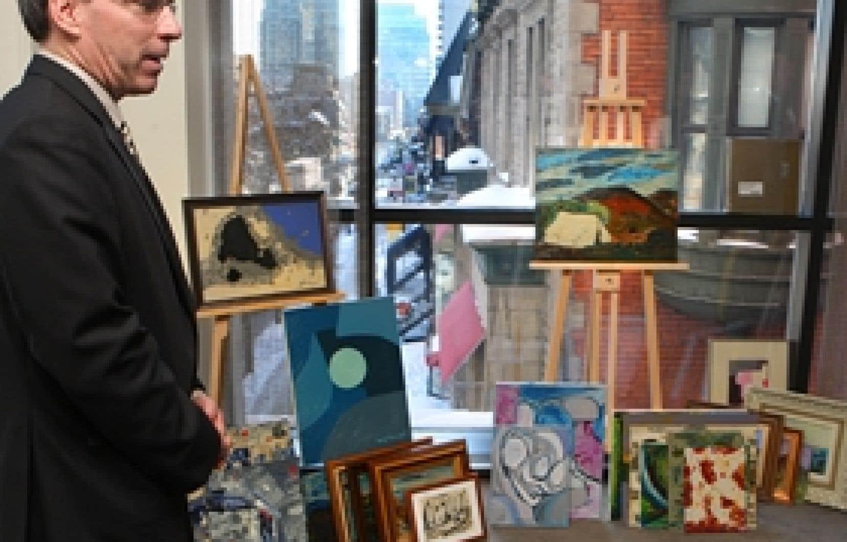 Les policiers avaient déballé hier des preuves tangibles de l'efficacité de leurs interventions au cours des derniers mois, entre autres plusieurs toiles contrefaites imitant la manière de peintres québécois.