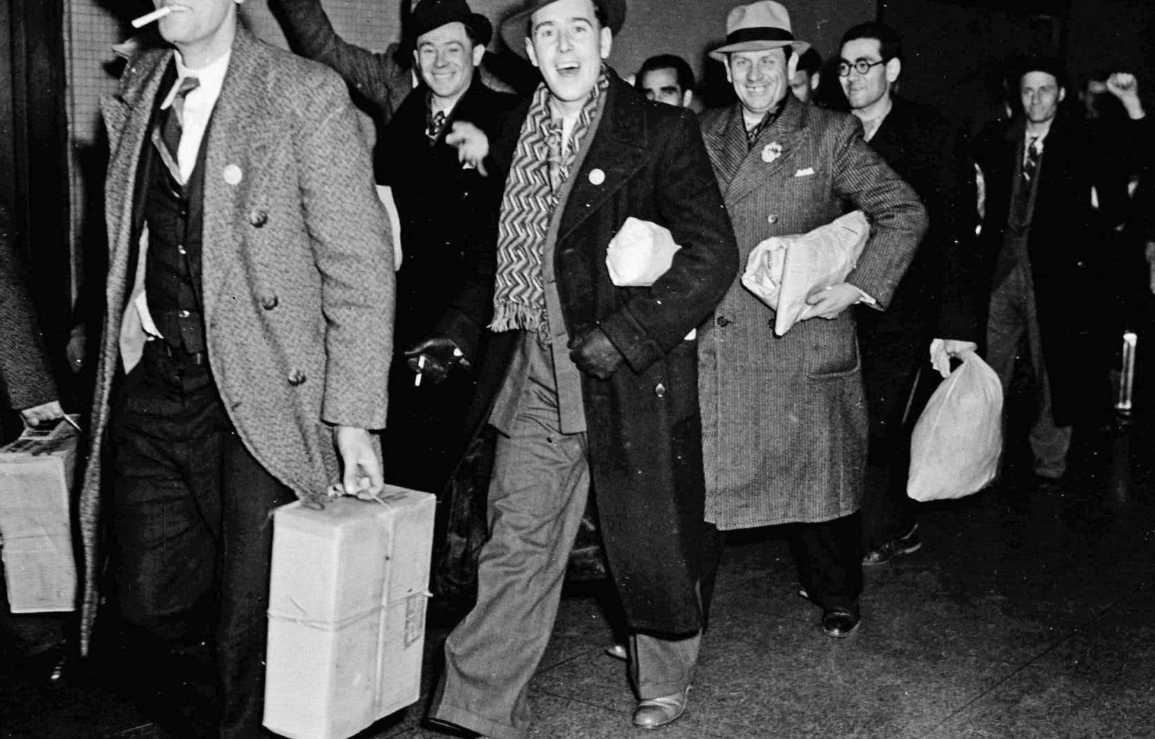 Des Canadiens reviennent au pays après avoir combattu dans la guerre civile espagnole.