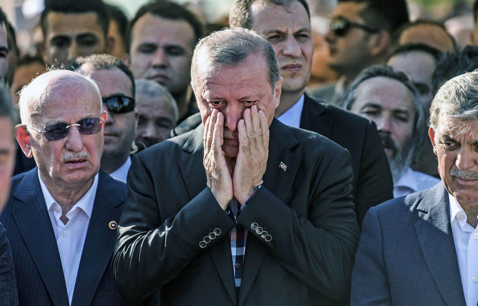 La mort d'un de ses compagnons de route, tué avec son fils adolescent par des putschistes, a arraché quelques larmes au président turc, Recep Tayyip Erdogan, lors des funérailles des victimes loyalistes.