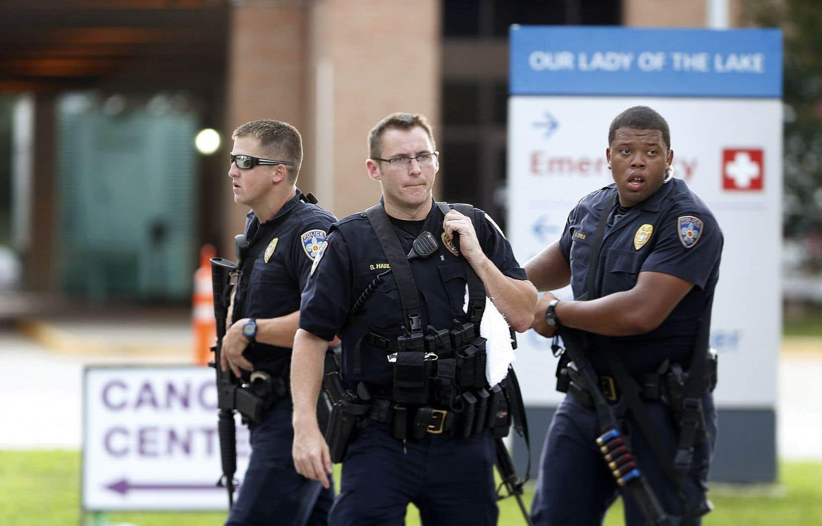 Des policiers gardaient l'entrée des urgences de l'hôpital où les agents blessés étaient soignés.