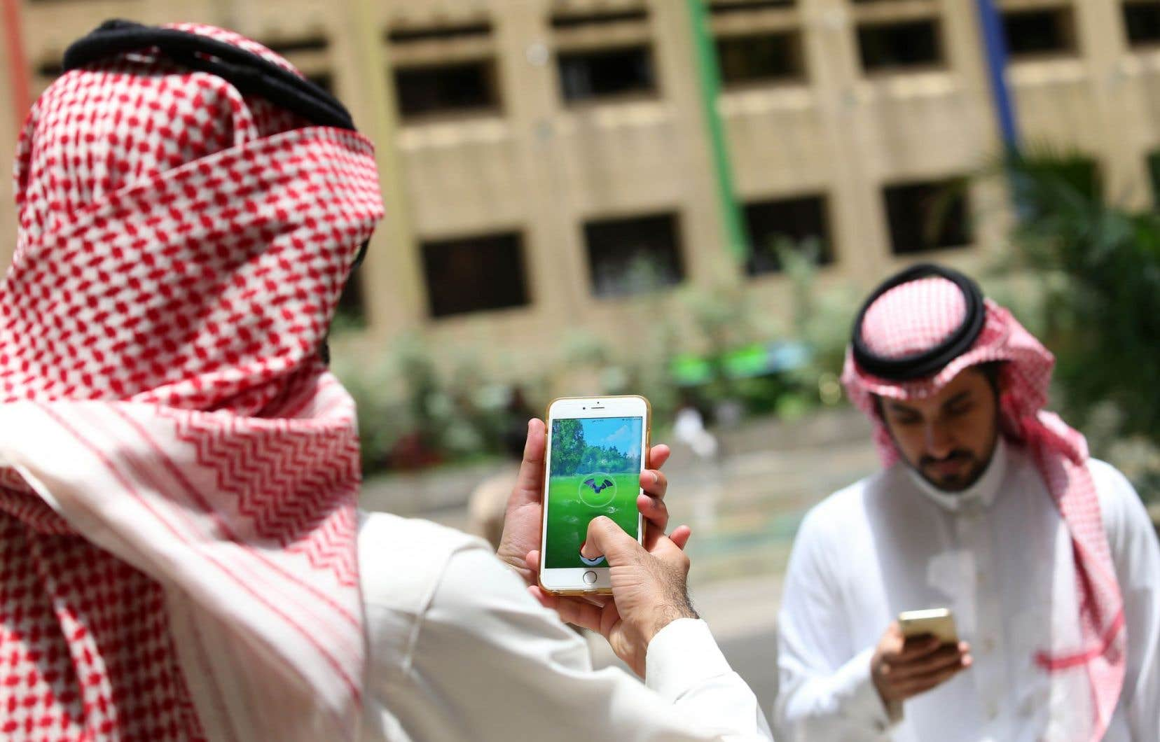Des Saoudiens jouent à Pokemon Go à Riyad, le 17 juillet 2016.