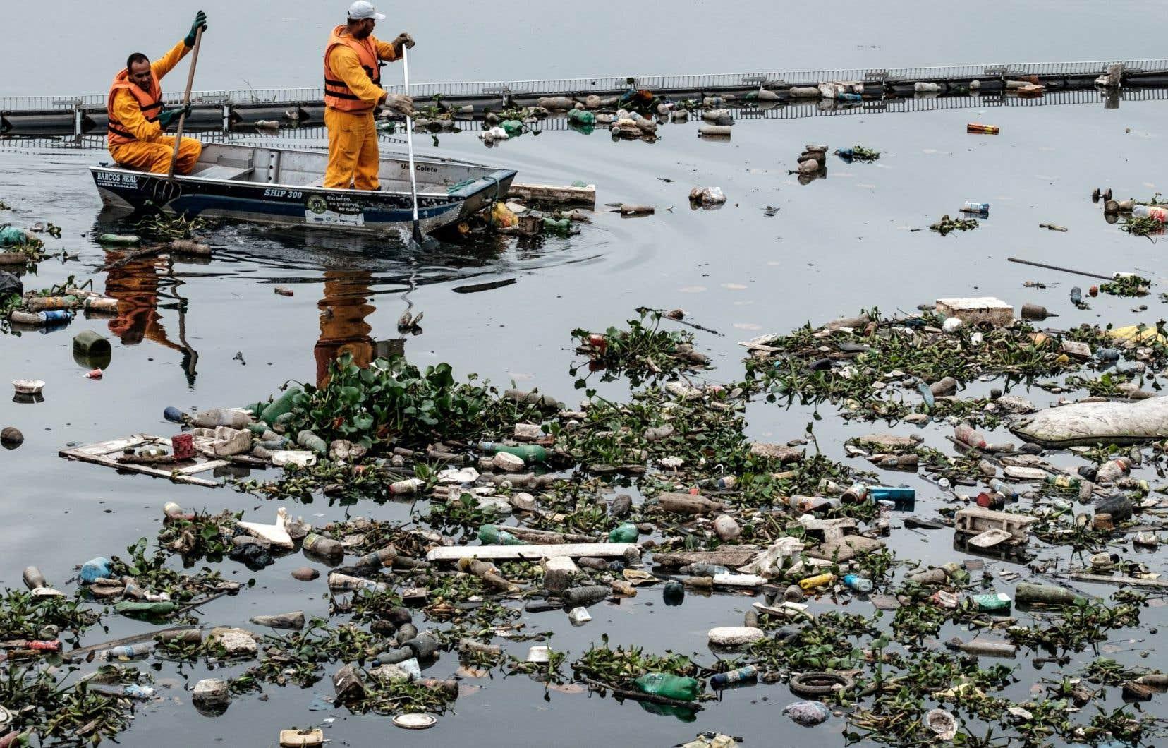 La baie de Guanabara demeure un cloaque où se déversent des égouts.