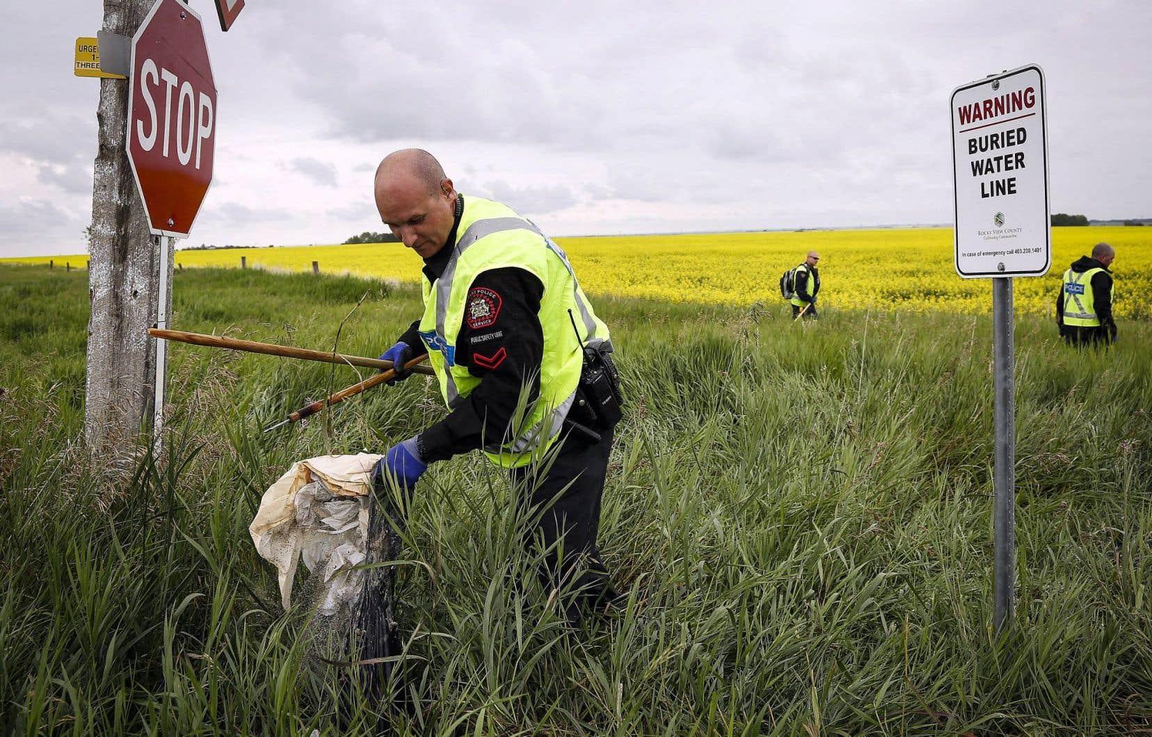 Un policier qui participait la semaine dernière à la battue pour retrouver une fillette de cinq ans assassinée près de Calgary. Les tentatives de meurtre et les crimes liés à l'usage d'une arme à feu ont chacun bondi de 22% au Canada l'an dernier.