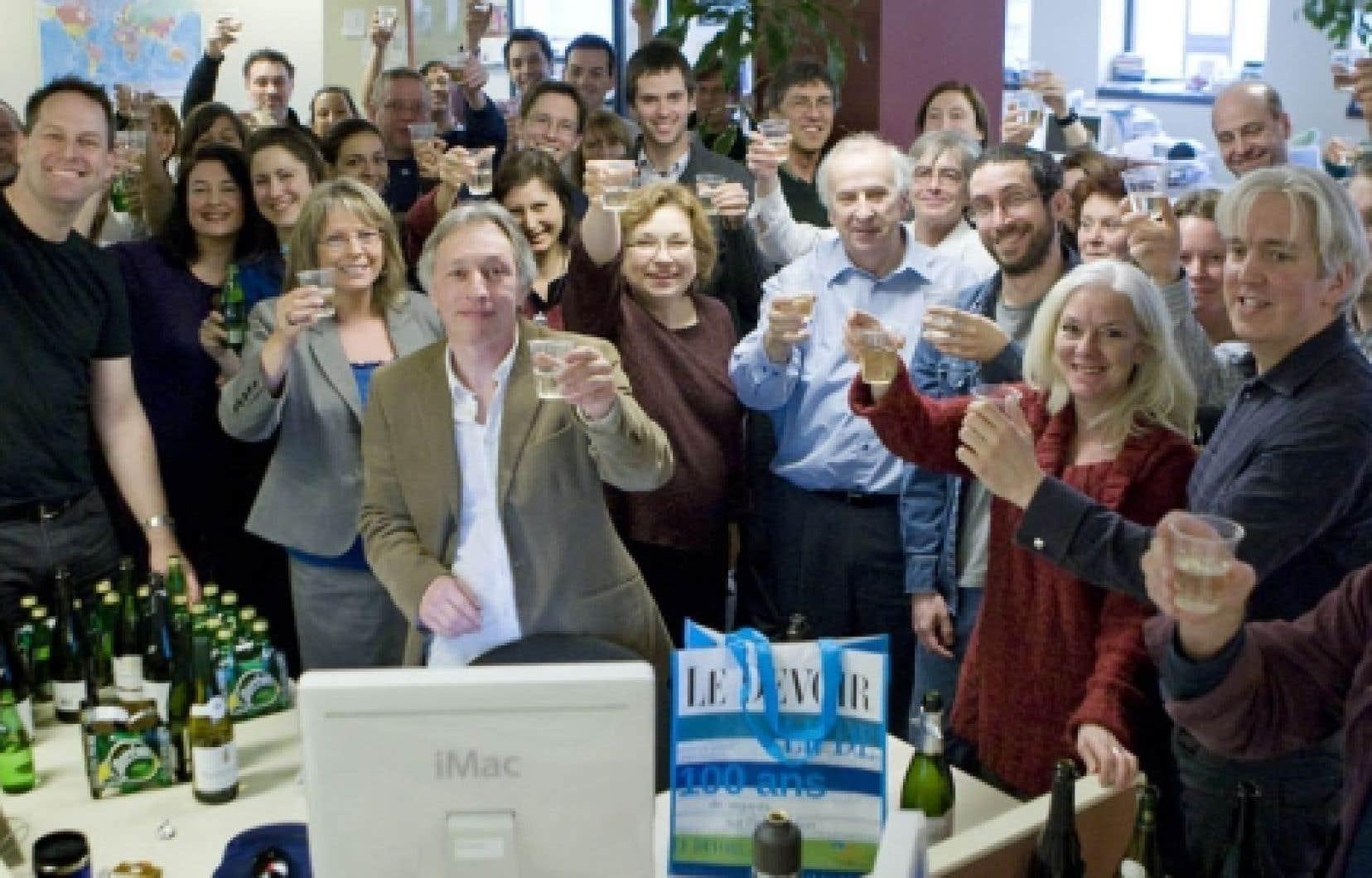 Le directeur du Devoir, Bernard Descôteaux, a lancé les festivités du centième anniversaire du quotidien de la rue de Bleury hier, en trinquant avec toute son équipe, avant les célébrations officielles du 10 janvier.