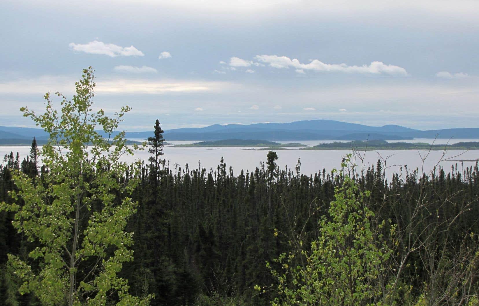 L'est du réservoir Manicouagan avec, au loin, l'île René-Levasseur