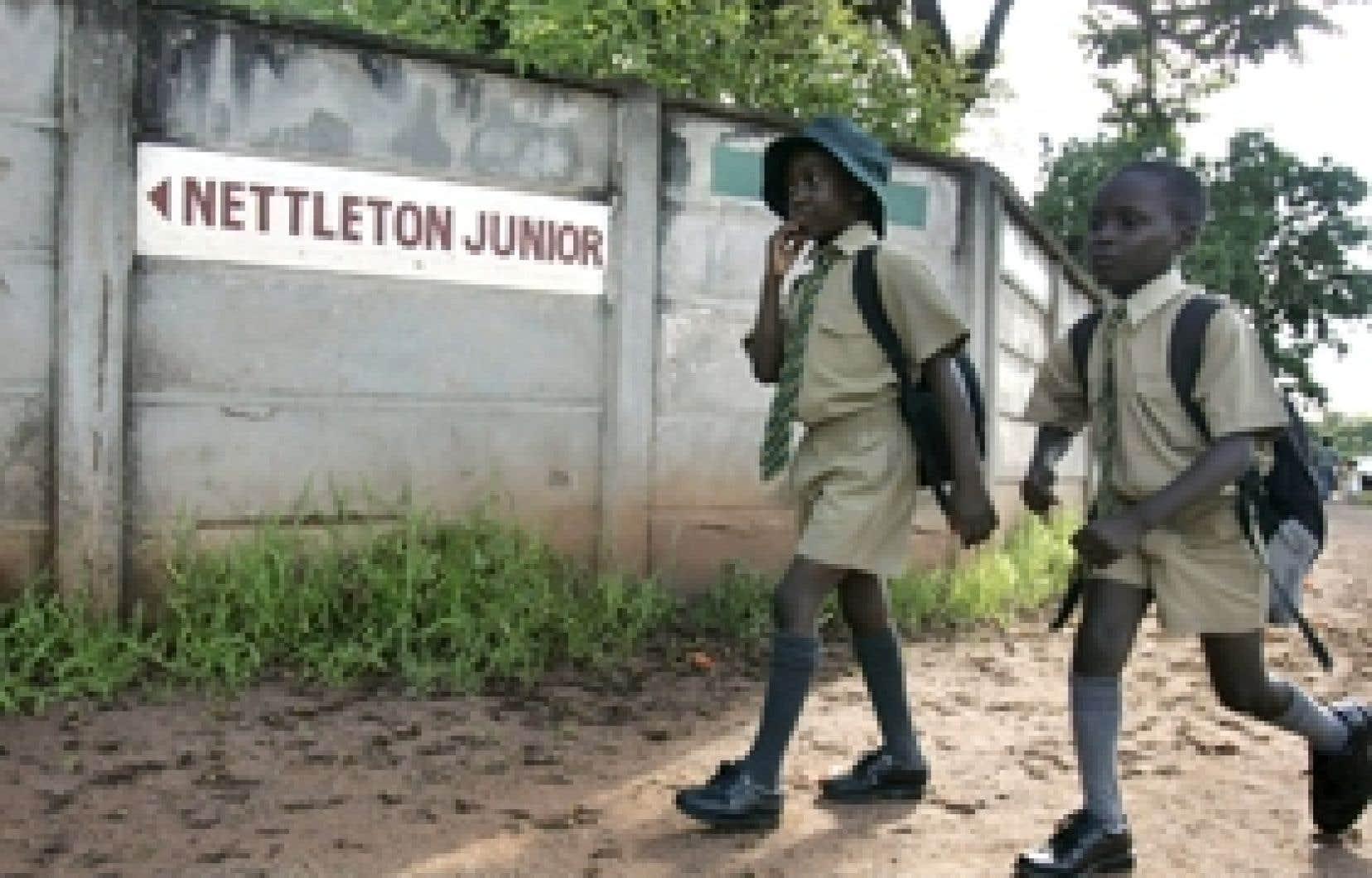 Pendant que les politiciens discutent, la crise économique et financière est loin de se résorber au Zimbabwe. Une grève des enseignants, qui veulent être payé en monnaie étrangère, a perturbé la rentrée scolaire hier.