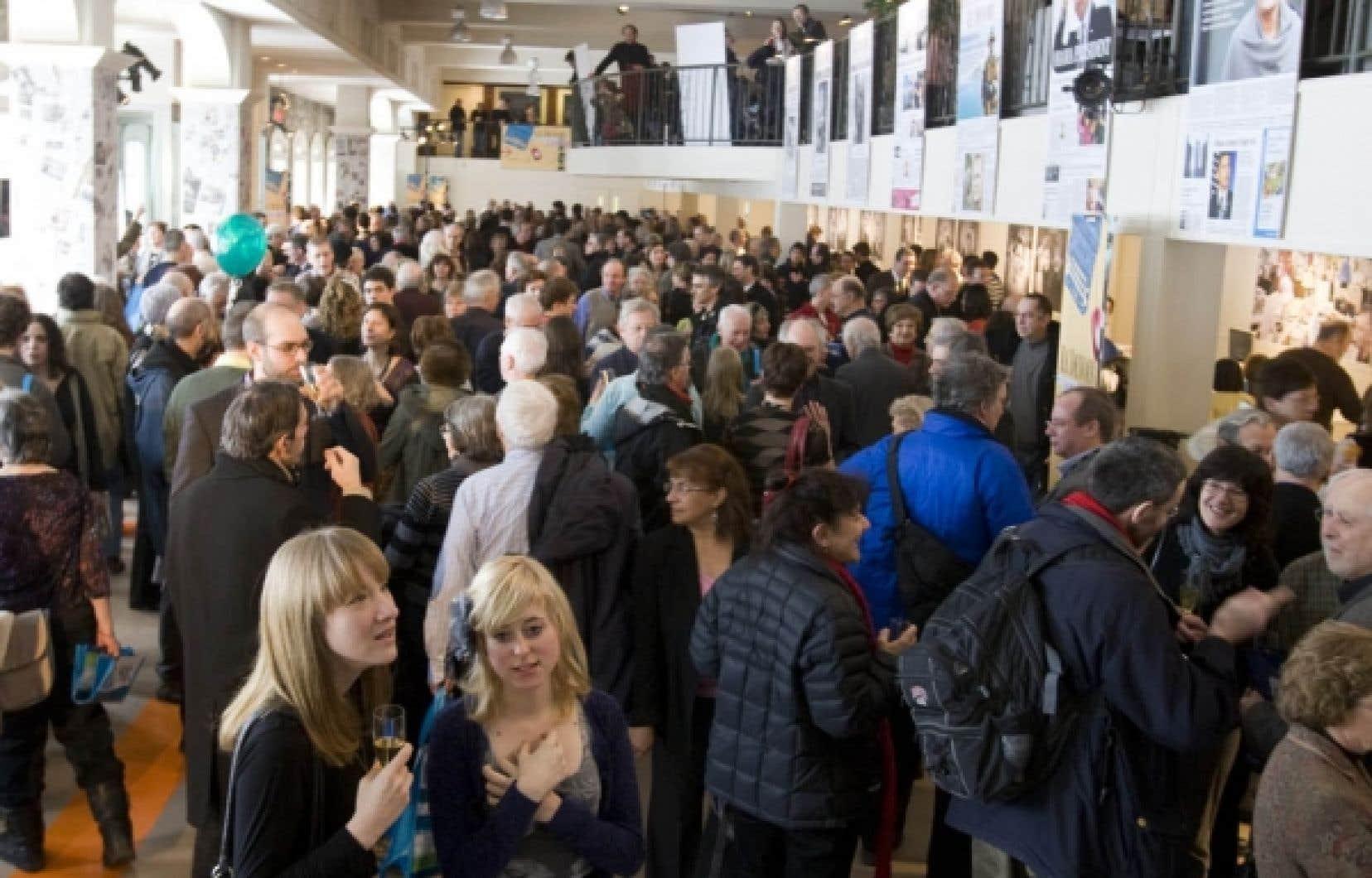 Les lecteurs ont été nombreux dimanche à venir rencontrer les artisans du Devoir.